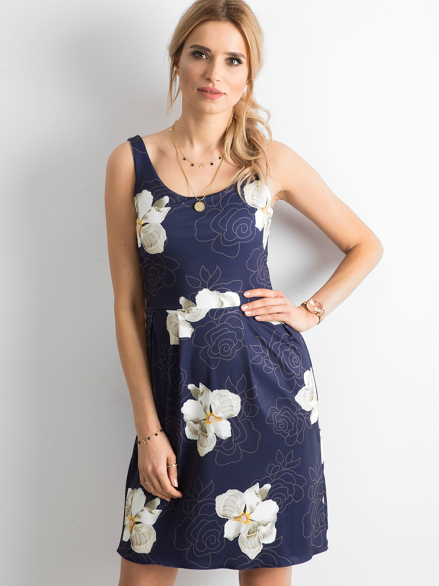 b63fb0e1 Granatowa sukienka z kontrafałdami w kwiatowy wzór