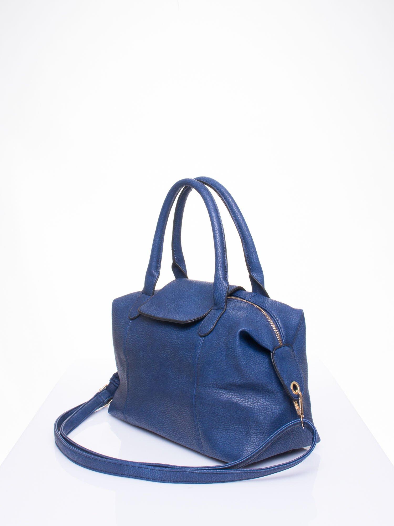 Granatowa torba z klapką i odpinanym paskiem                                  zdj.                                  2