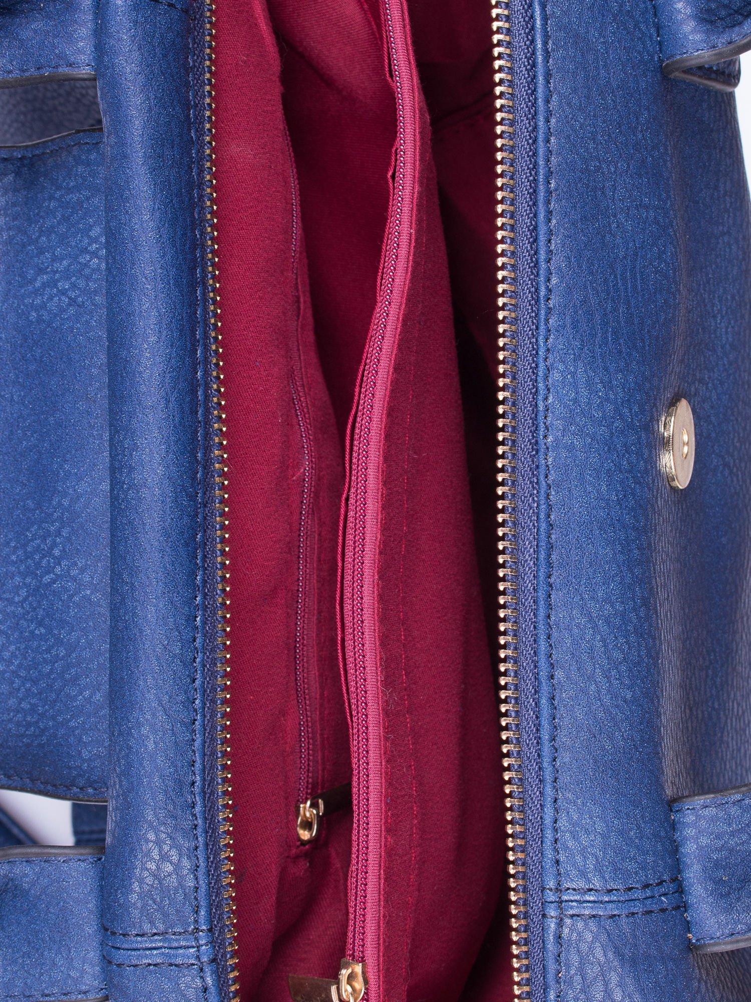 Granatowa torba z klapką i odpinanym paskiem                                  zdj.                                  4