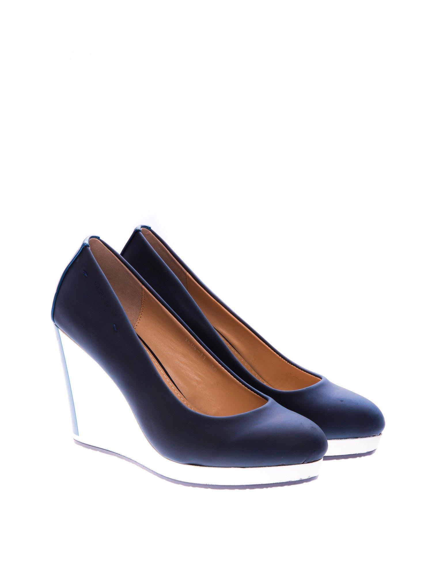 Granatowe buty na koturnie w sportowym stylu                                  zdj.                                  2