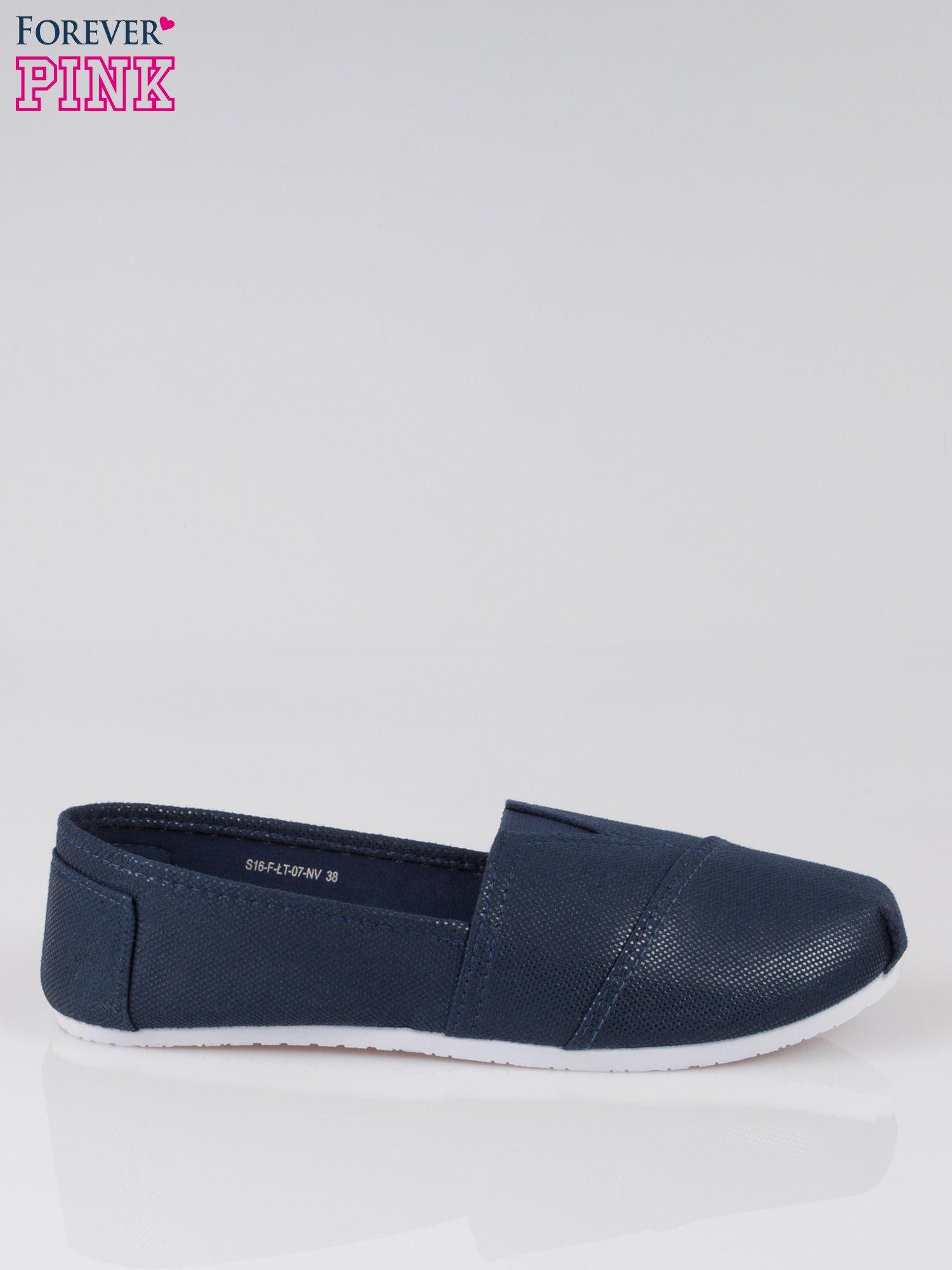 Granatowe buty sliponki z efektem skóry jaszczurki                                  zdj.                                  1