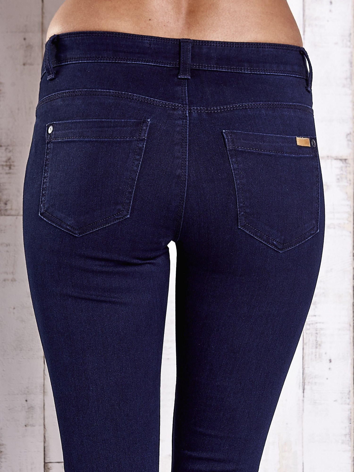 Granatowe dopasowane spodnie jeansowe                                  zdj.                                  6