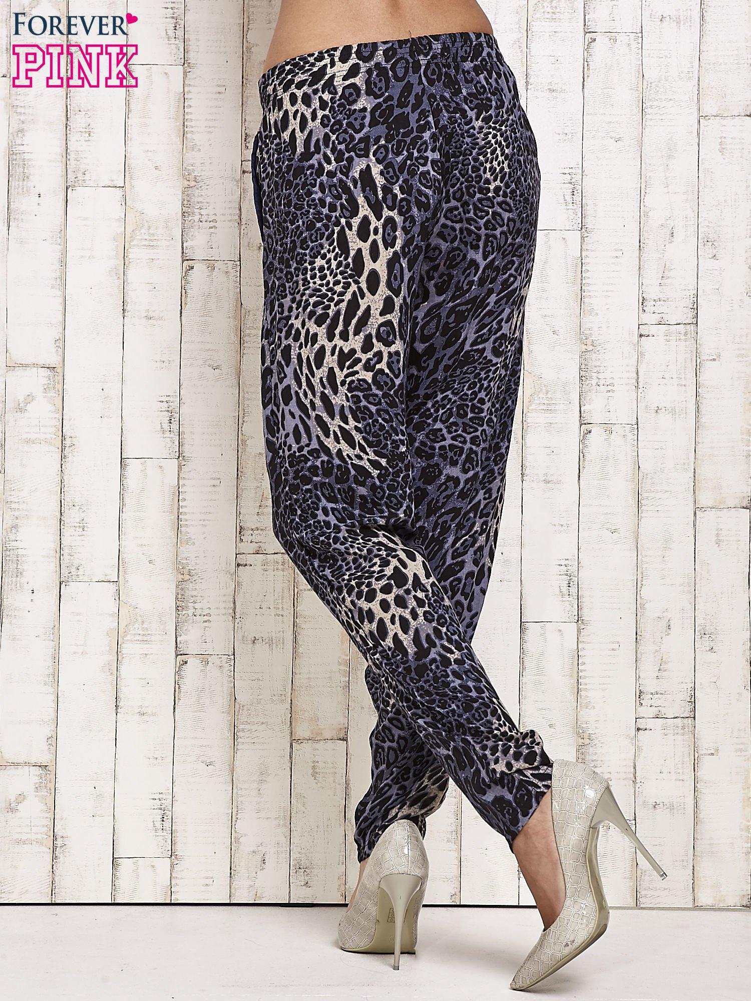 Granatowe lejące spodnie w panterkę                                  zdj.                                  3