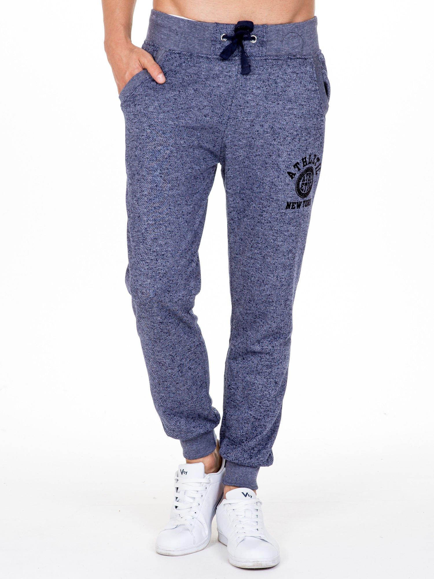 Granatowe melanżowe spodnie męskie z kieszeniami i aplikacją                                  zdj.                                  1