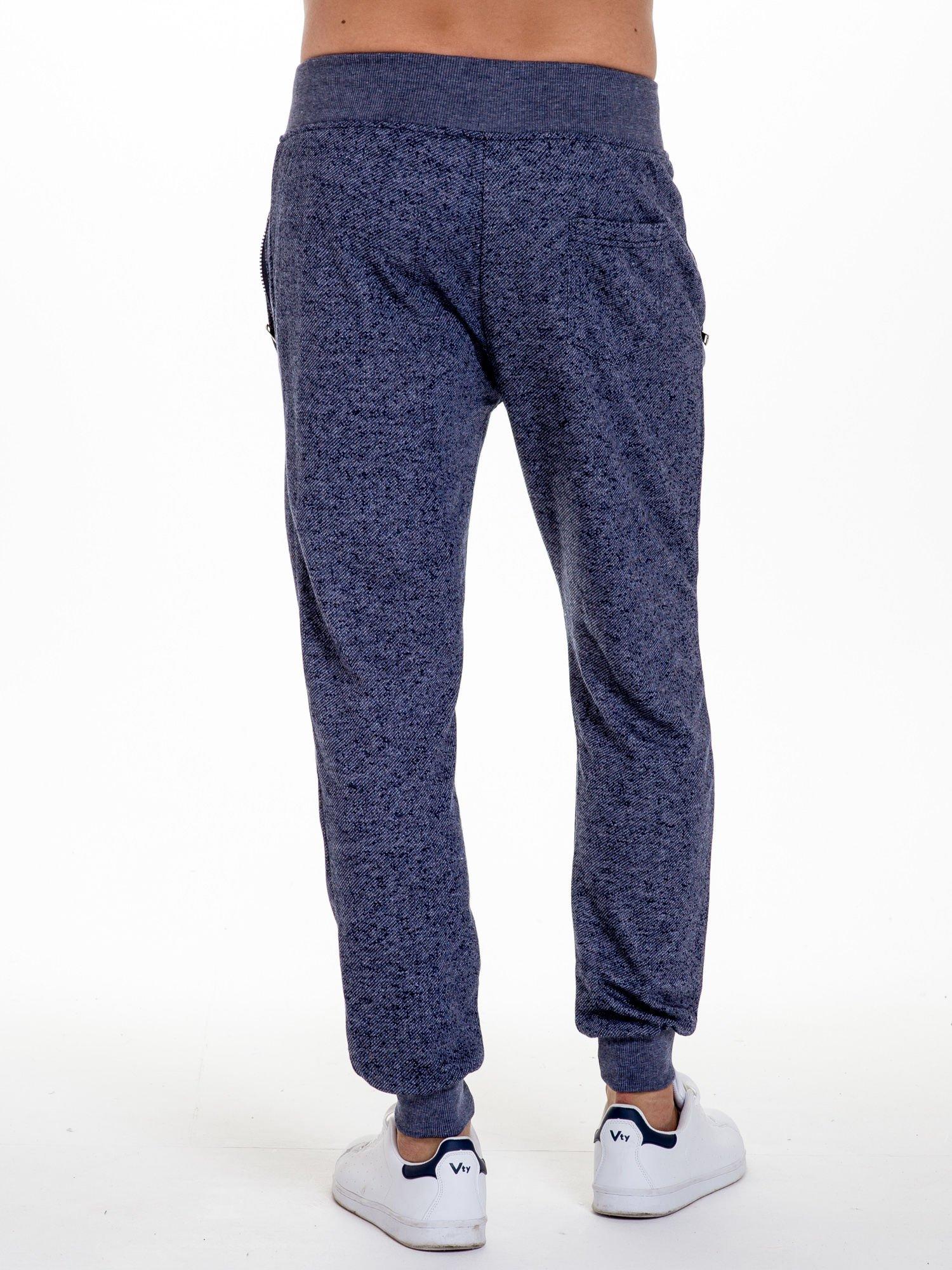 Granatowe melanżowe spodnie męskie z kieszeniami na suwak                                  zdj.                                  4