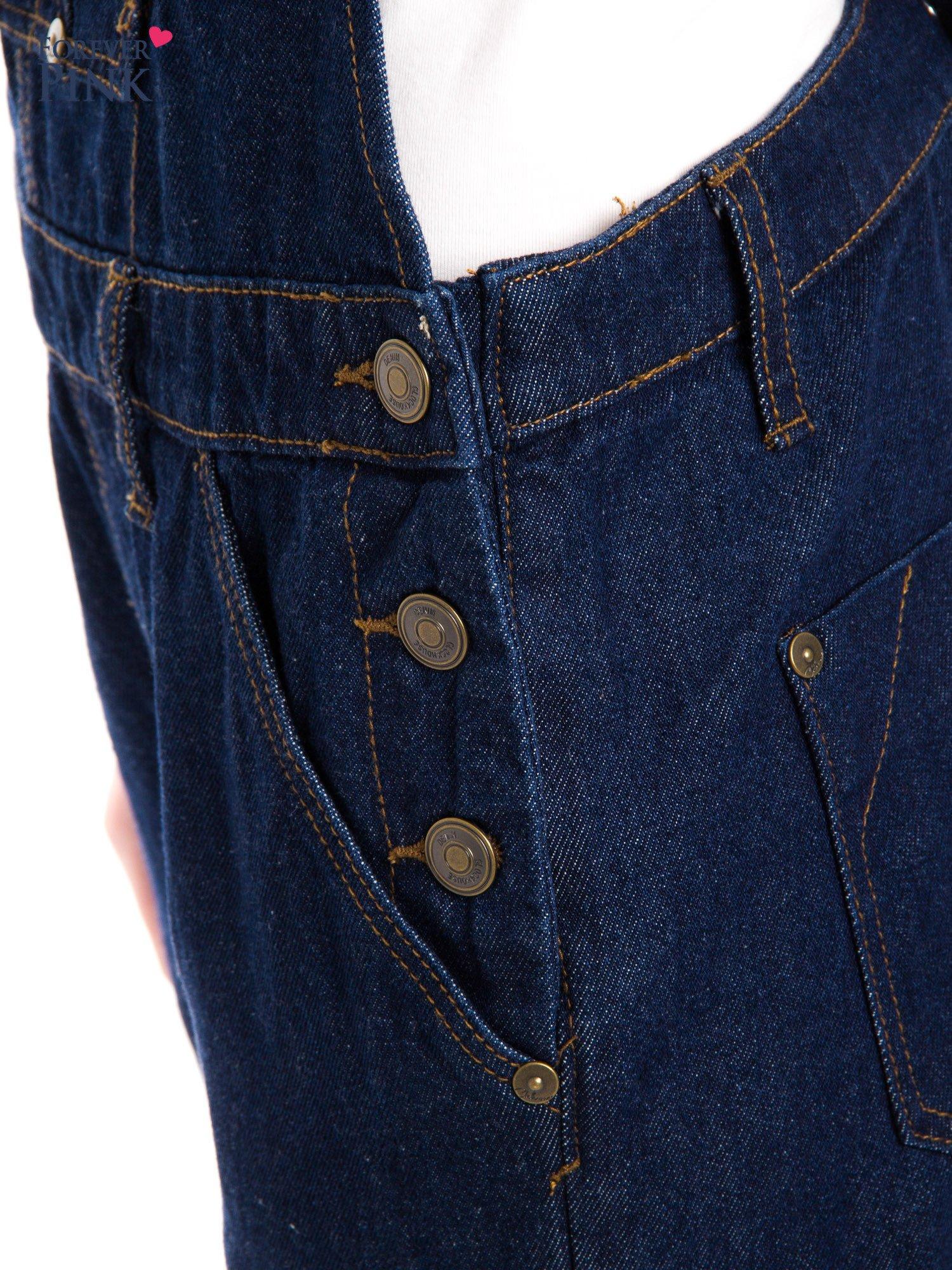Granatowe ogrodniczki jeansowe z kieszeniami                                  zdj.                                  10