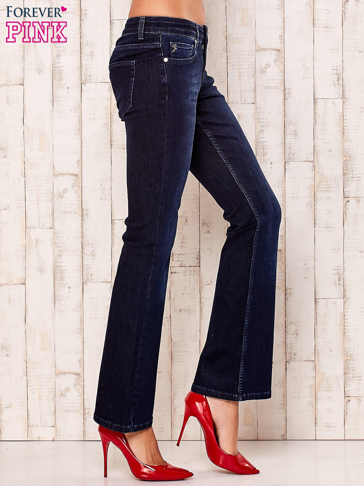 Granatowe rozszerzane spodnie jeansowe                                   zdj.                                  3