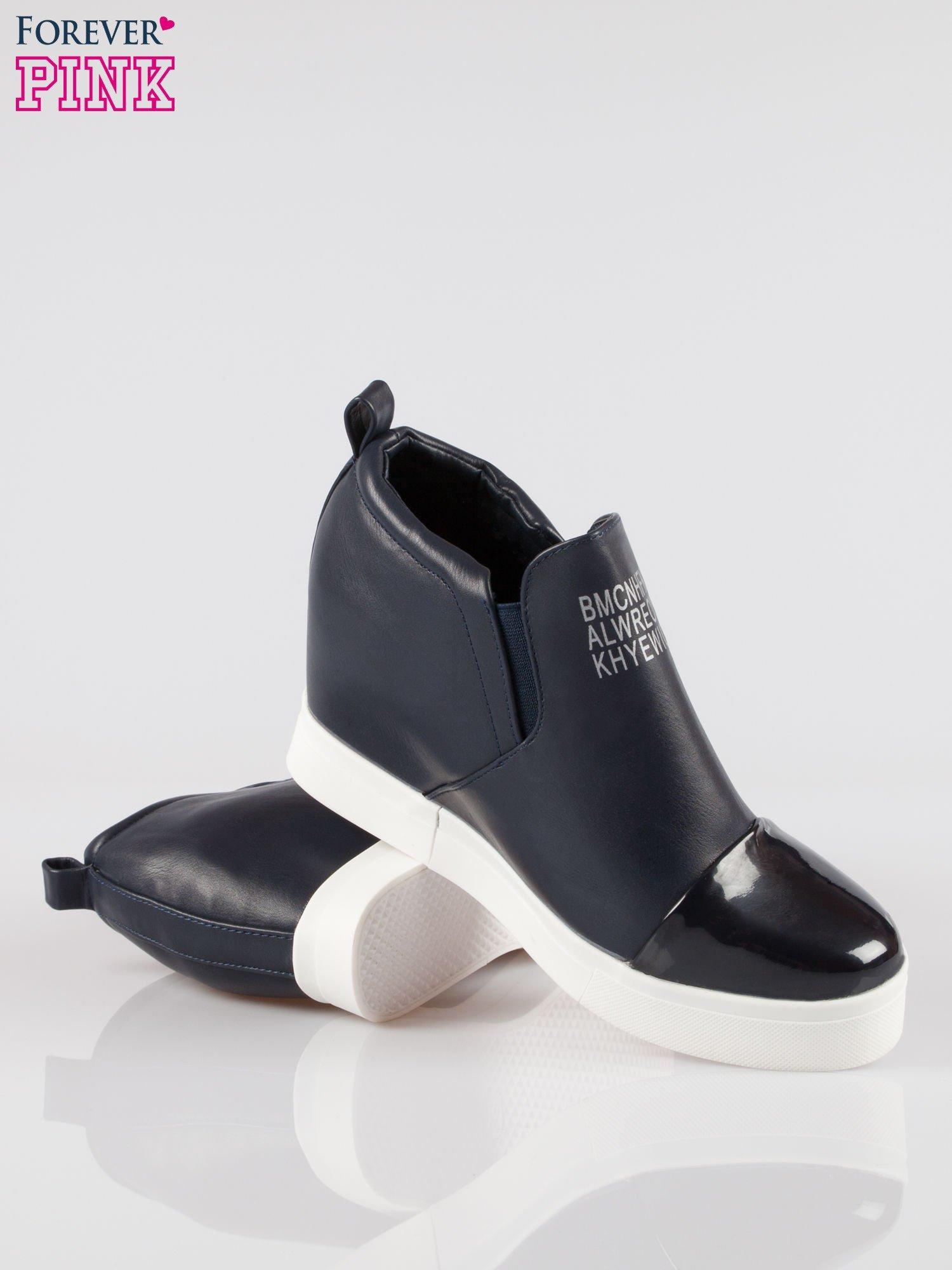 Granatowe sneakersy trampki na koturnie z lakierowanym czubkiem                                  zdj.                                  4