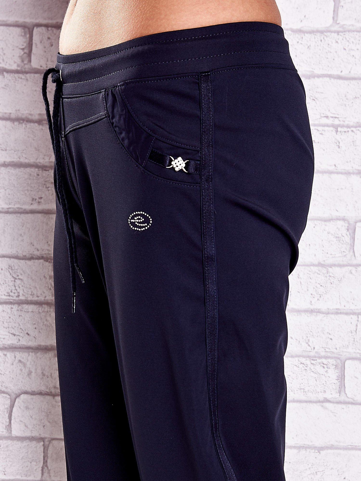 Granatowe spodnie capri z aplikacjami z dżetów                                  zdj.                                  5
