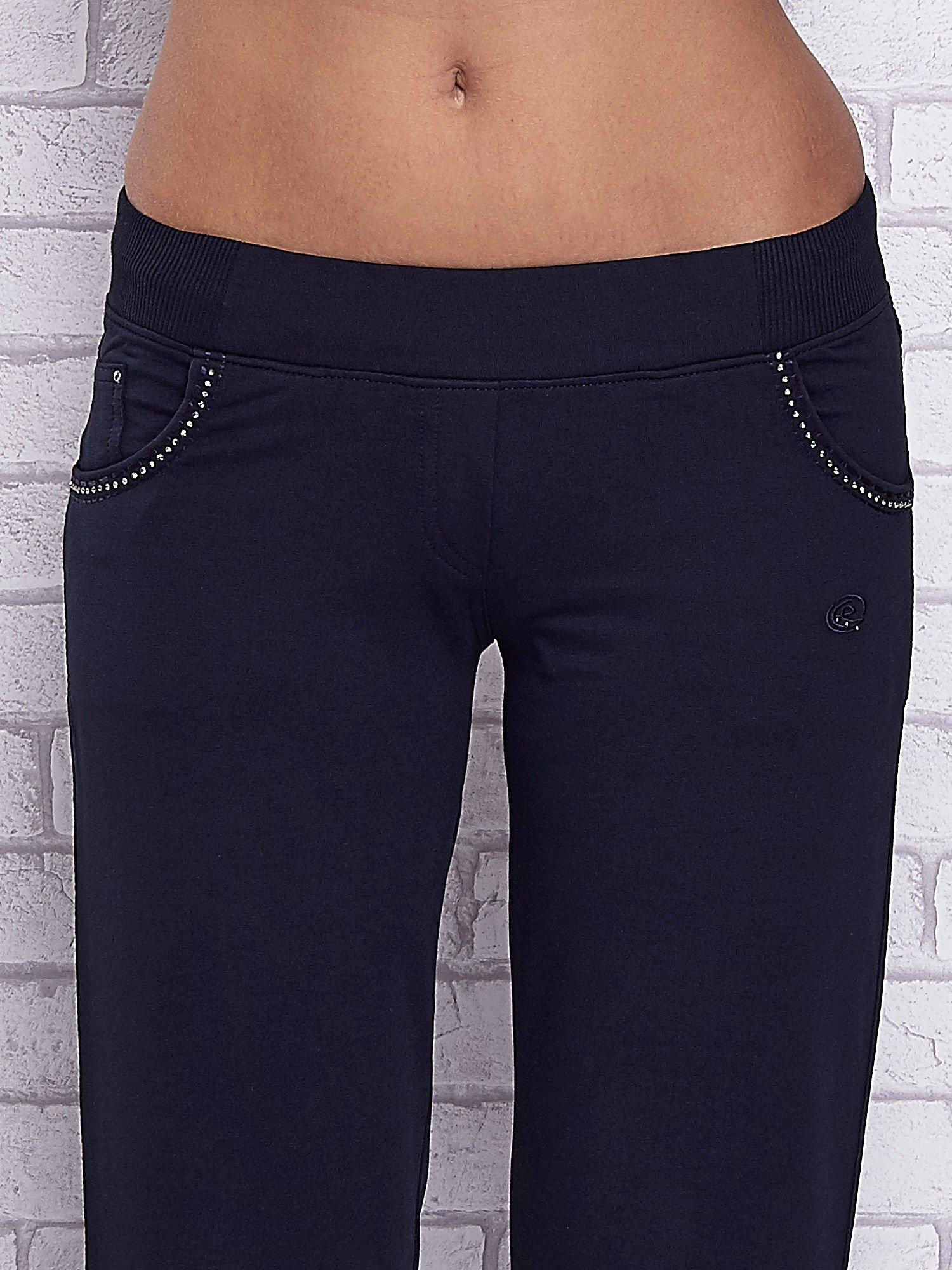 Granatowe spodnie capri z ozdobnymi dżetami                                  zdj.                                  4