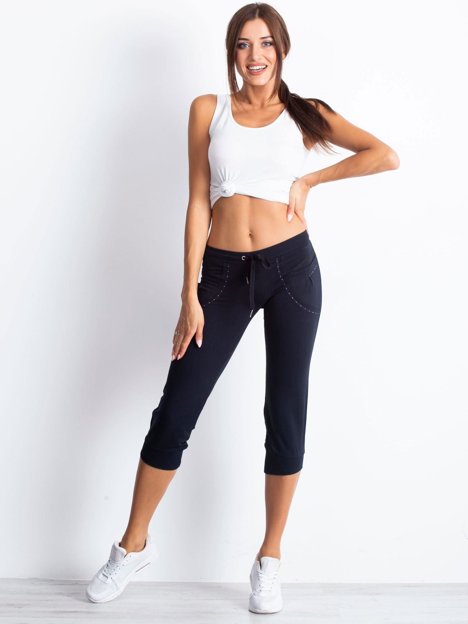 Granatowe spodnie dresowe capri z aplikacją przy kieszeniach                                  zdj.                                  3
