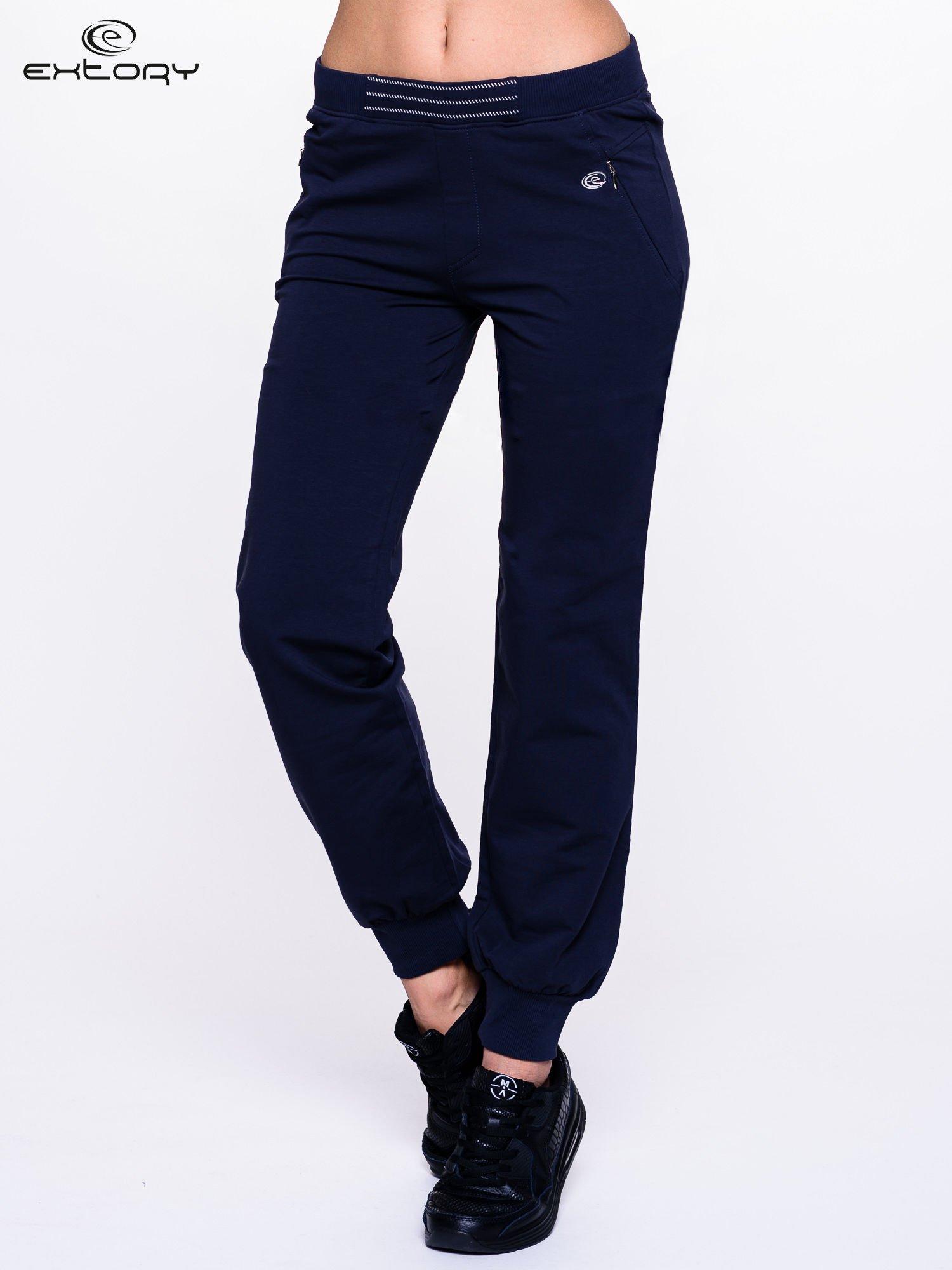 Granatowe spodnie dresowe z elastyczną gumką w pasie PLUS SIZE                                  zdj.                                  1