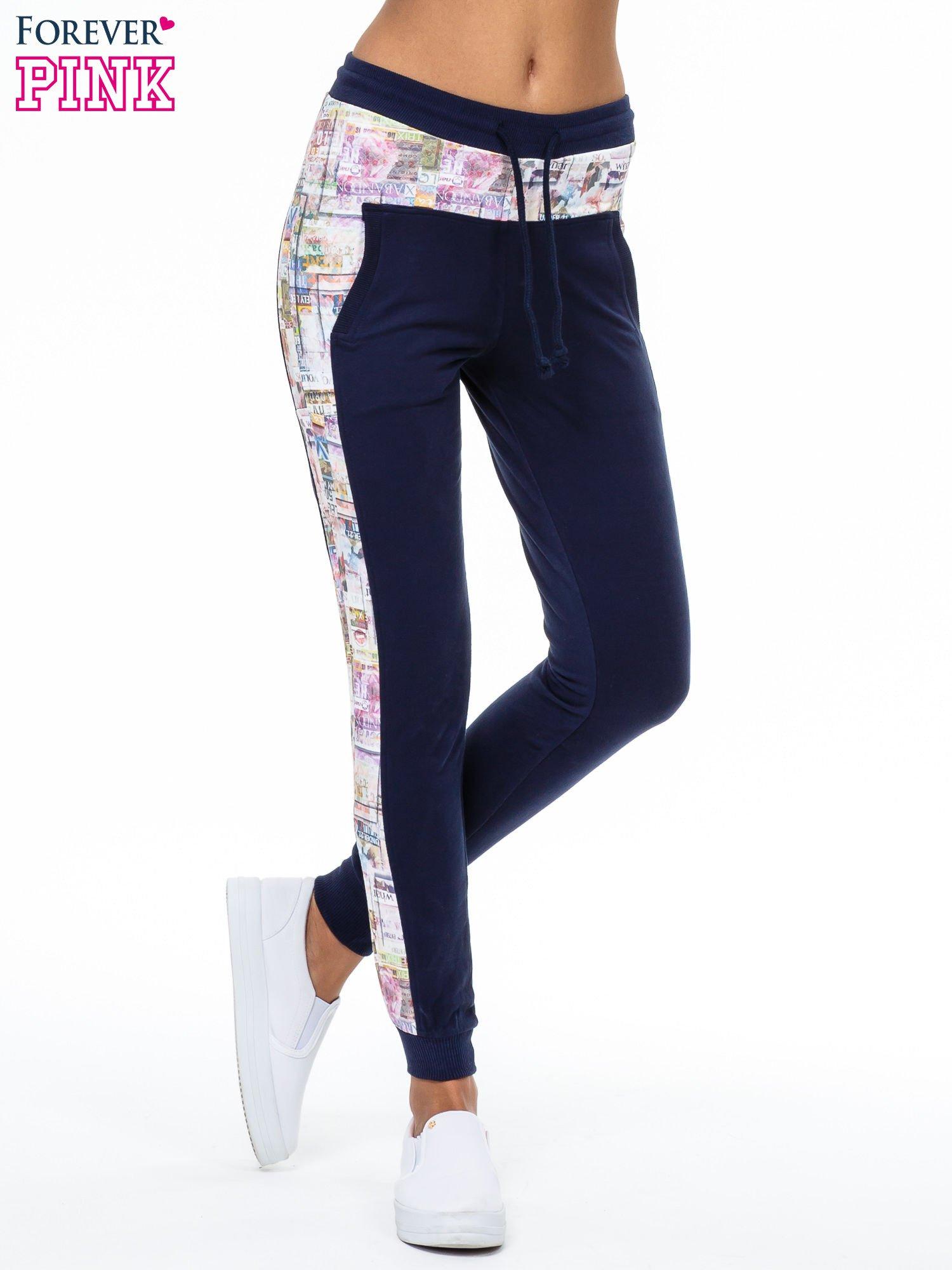 Granatowe spodnie dresowe z gazetowym lampasem                                  zdj.                                  1