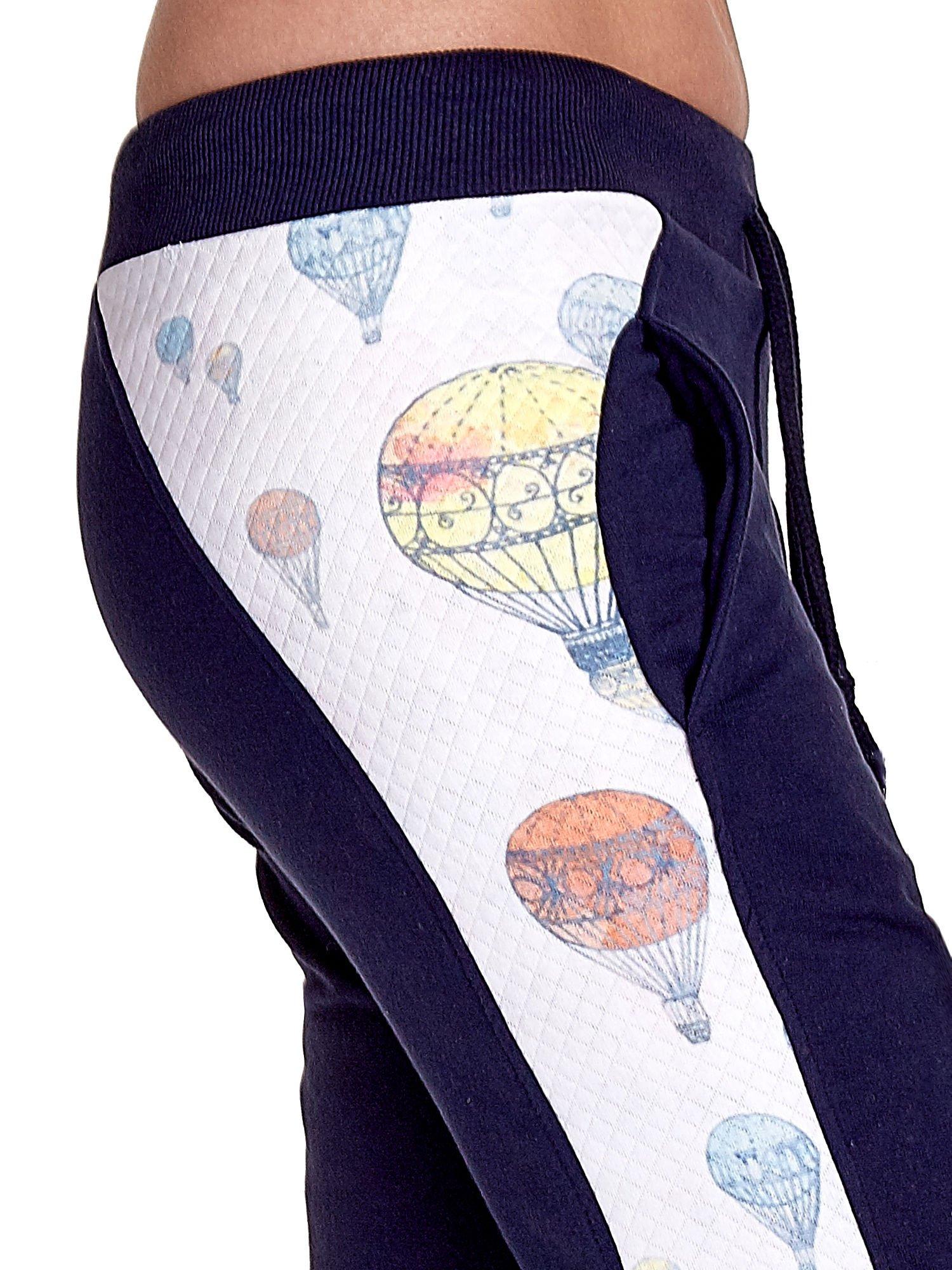 Granatowe spodnie dresowe z lampasem w balony                                  zdj.                                  6