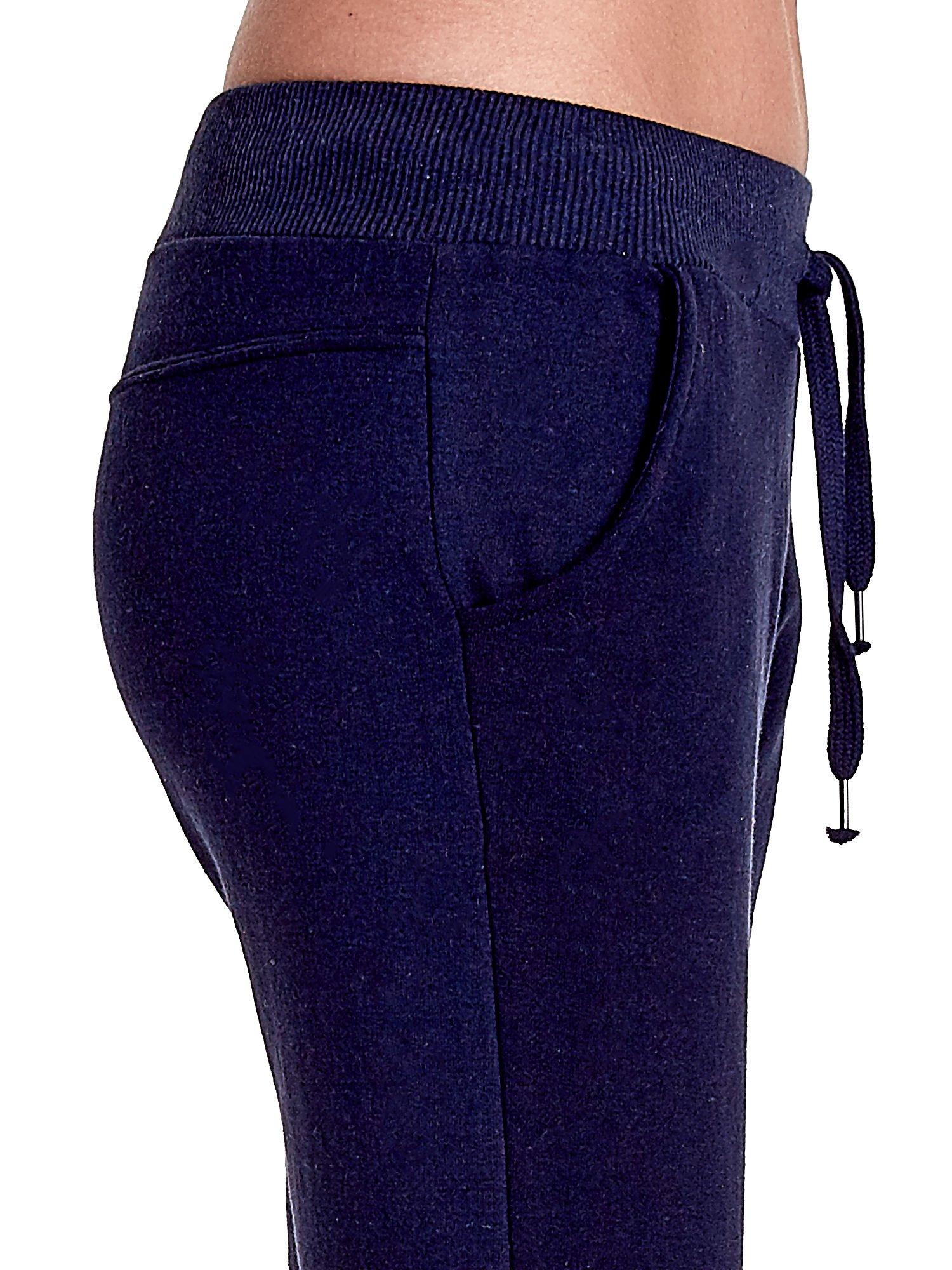 Granatowe spodnie dresowe z prostą nogawką                                  zdj.                                  6