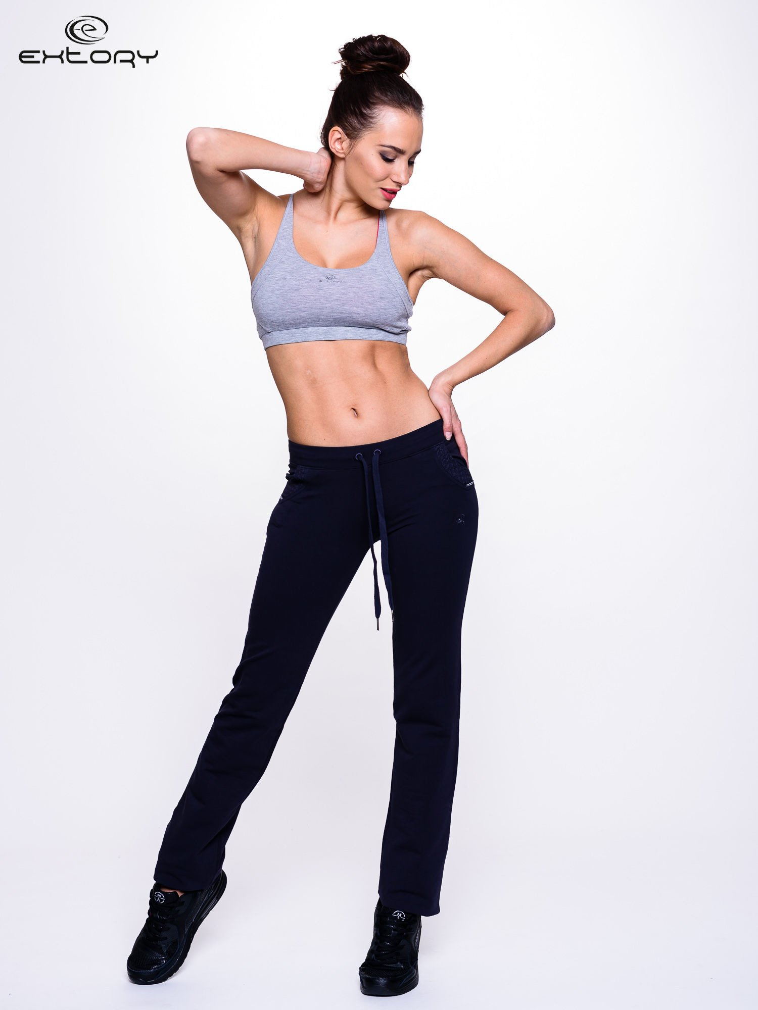 Granatowe spodnie dresowe ze wzorzystą wstawką przy kieszeniach                                  zdj.                                  2