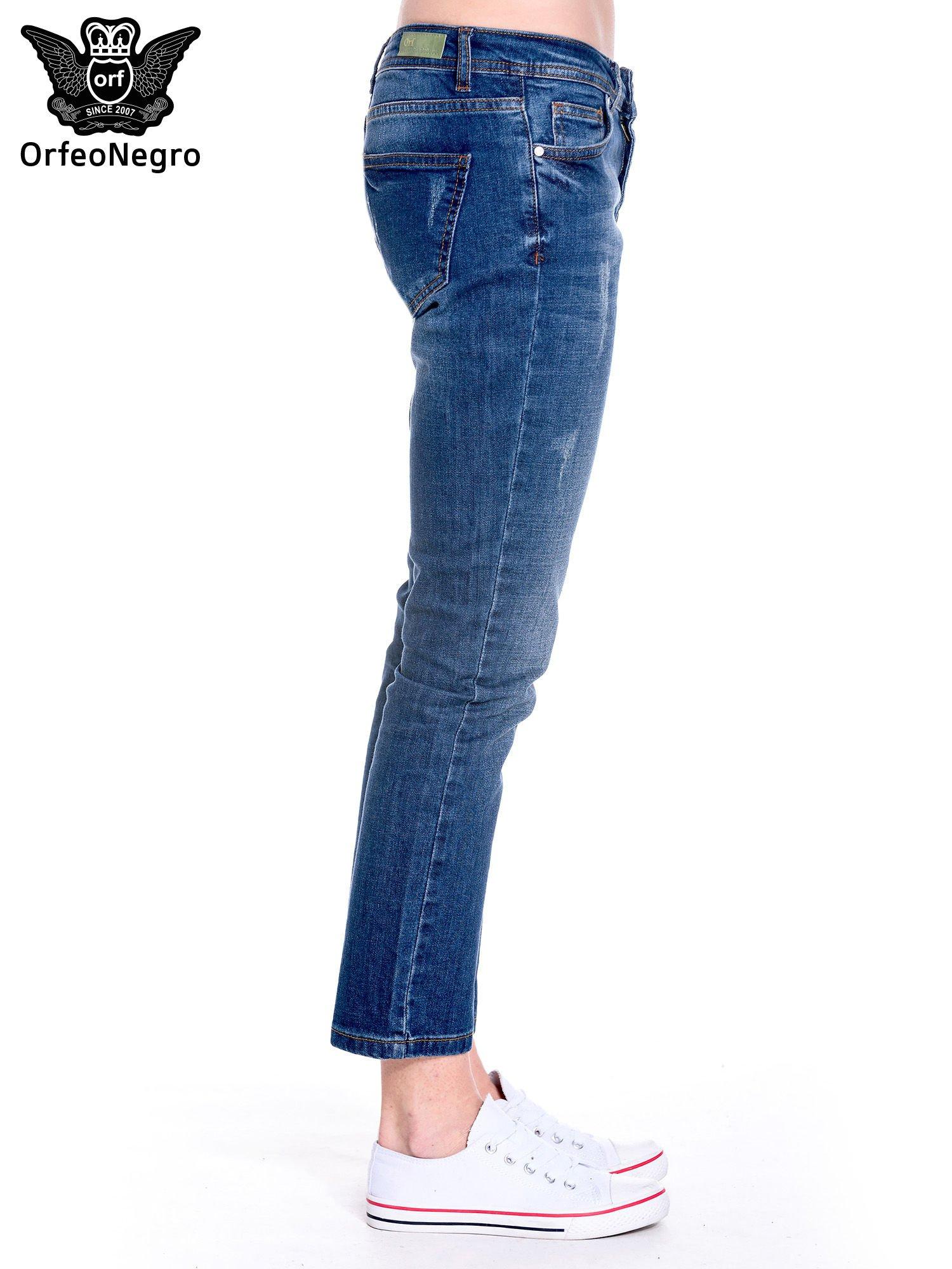 Granatowe spodnie girlfriend jeans z przetarciami                                  zdj.                                  4