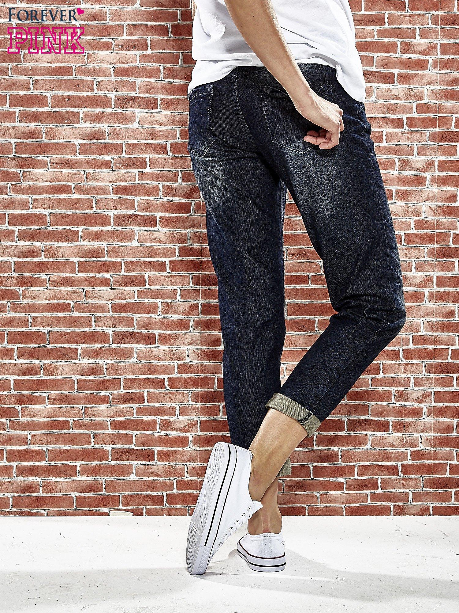Granatowe spodnie regular jeans z tłoczeniem przy kieszeniach                                  zdj.                                  2