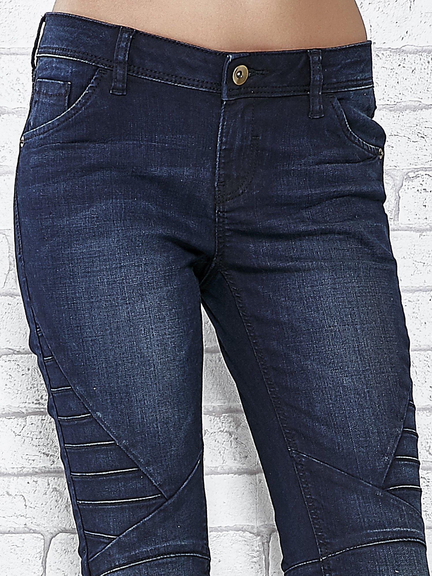 Granatowe spodnie skinny jeans biker z przeszyciami                                  zdj.                                  4