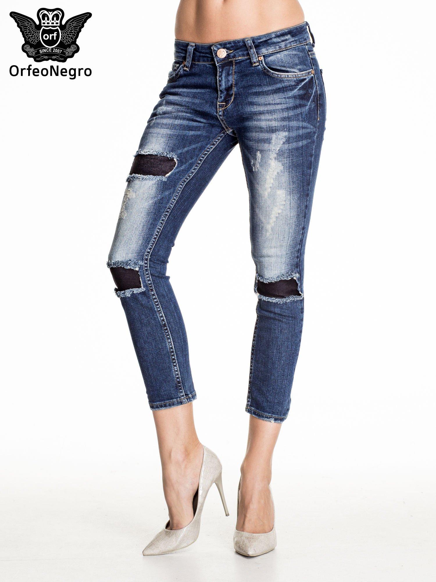 Granatowe spodnie skinny jeans z czarnymi łatami                                  zdj.                                  1