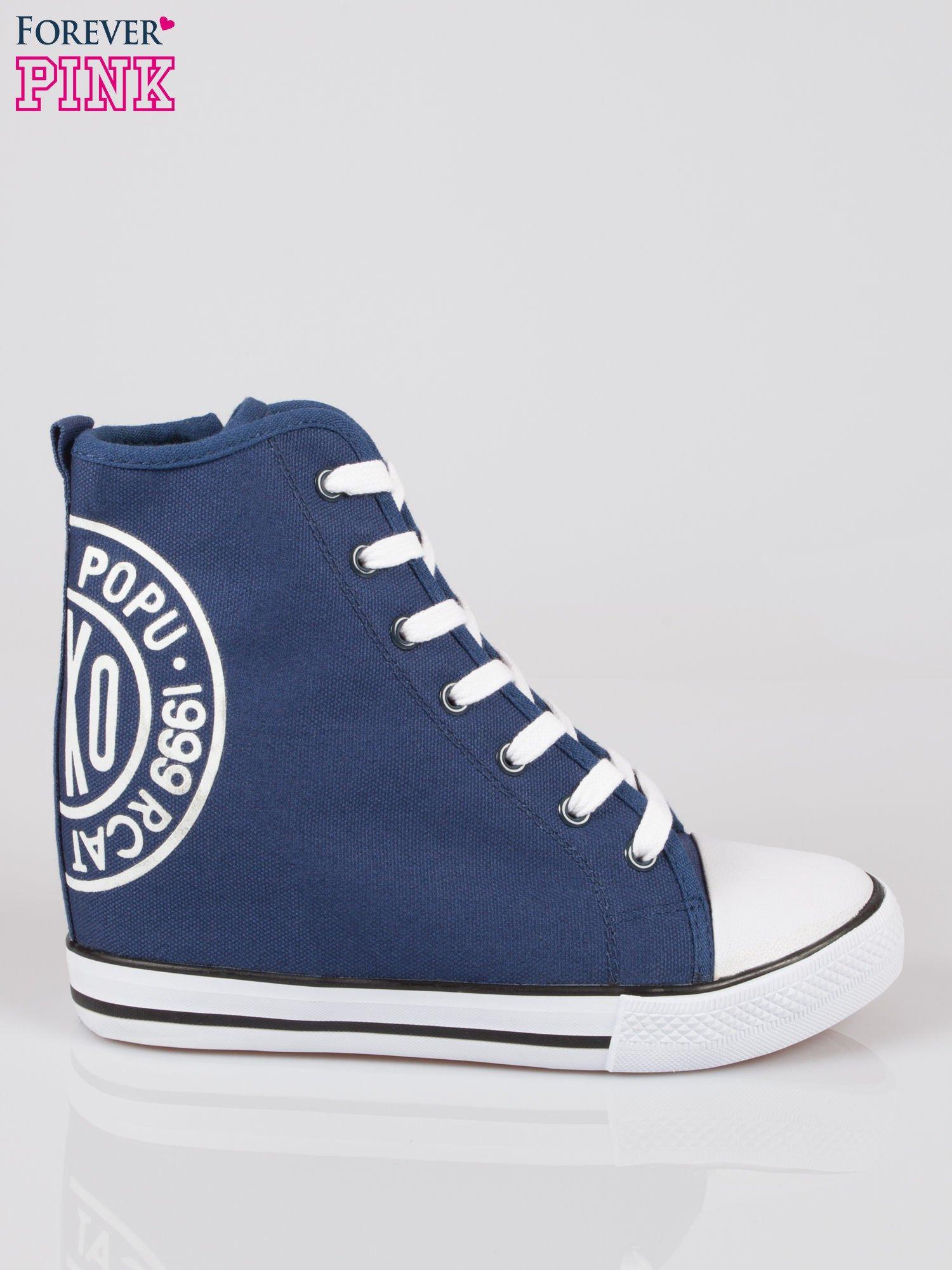 Granatowe trampki na koturnie sneakersy z logo                                  zdj.                                  1