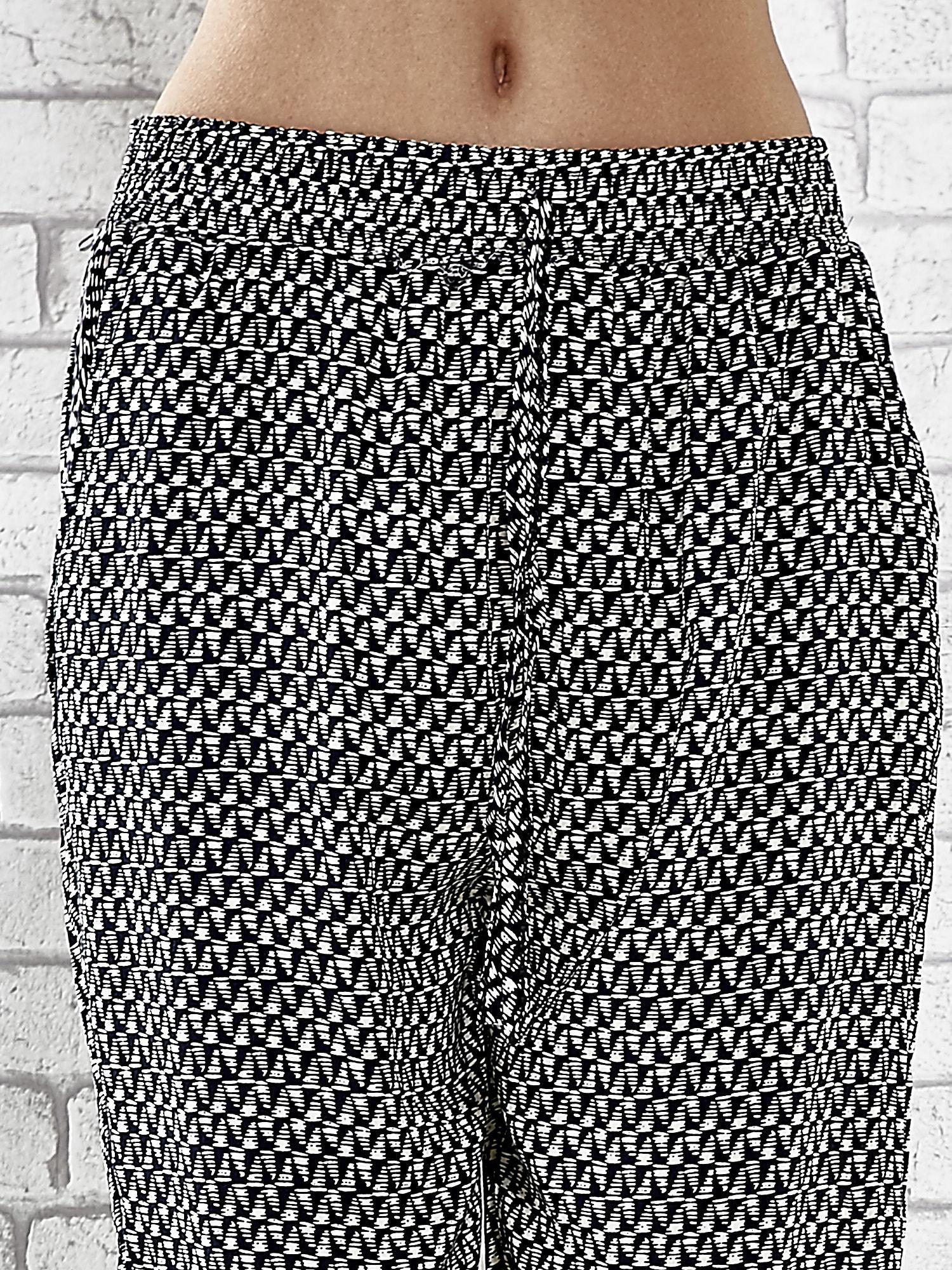 Granatowe zwiewne spodnie alladynki w drobny wzór geometryczny                                  zdj.                                  5