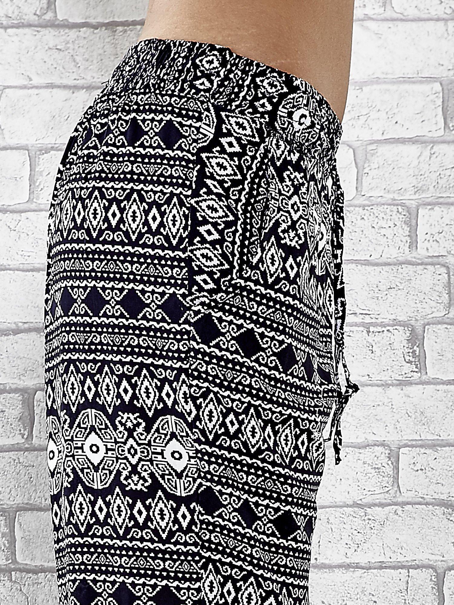 Granatowe zwiewne spodnie alladynki we wzór aztecki                                  zdj.                                  6