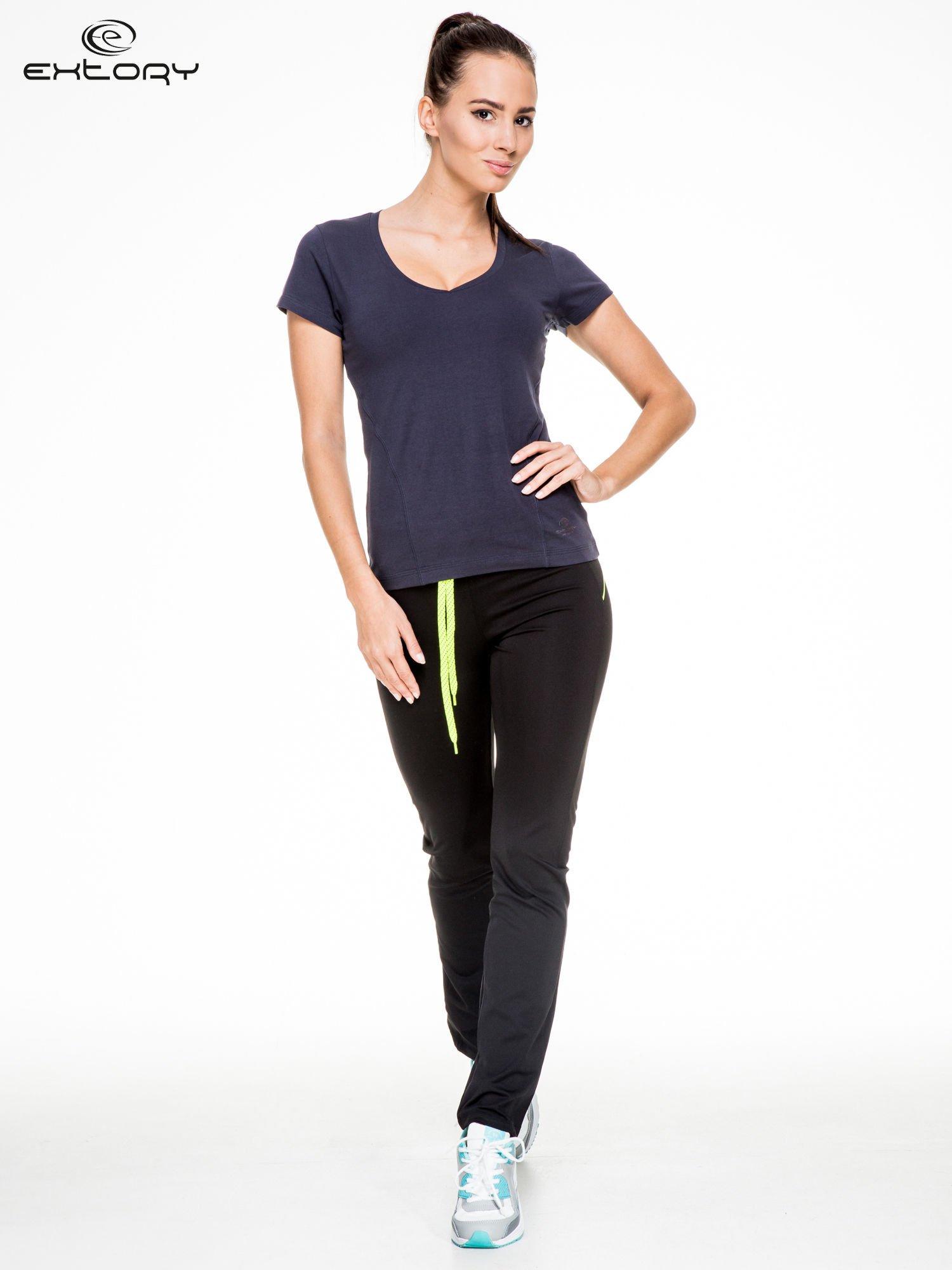 Granatowy damski t-shirt sportowy z modelującymi przeszyciami                                  zdj.                                  2
