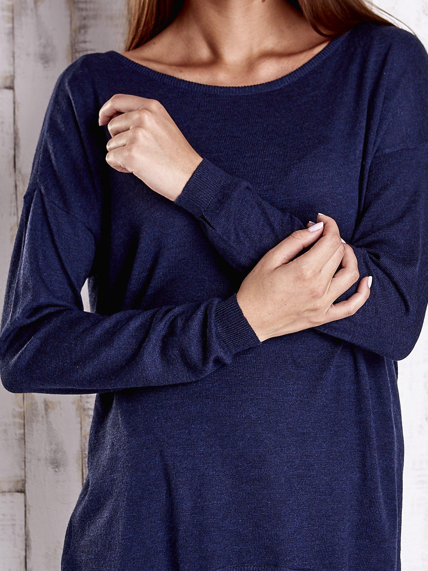 Granatowy nietoperzowy sweter oversize z dłuższym tyłem                                  zdj.                                  5