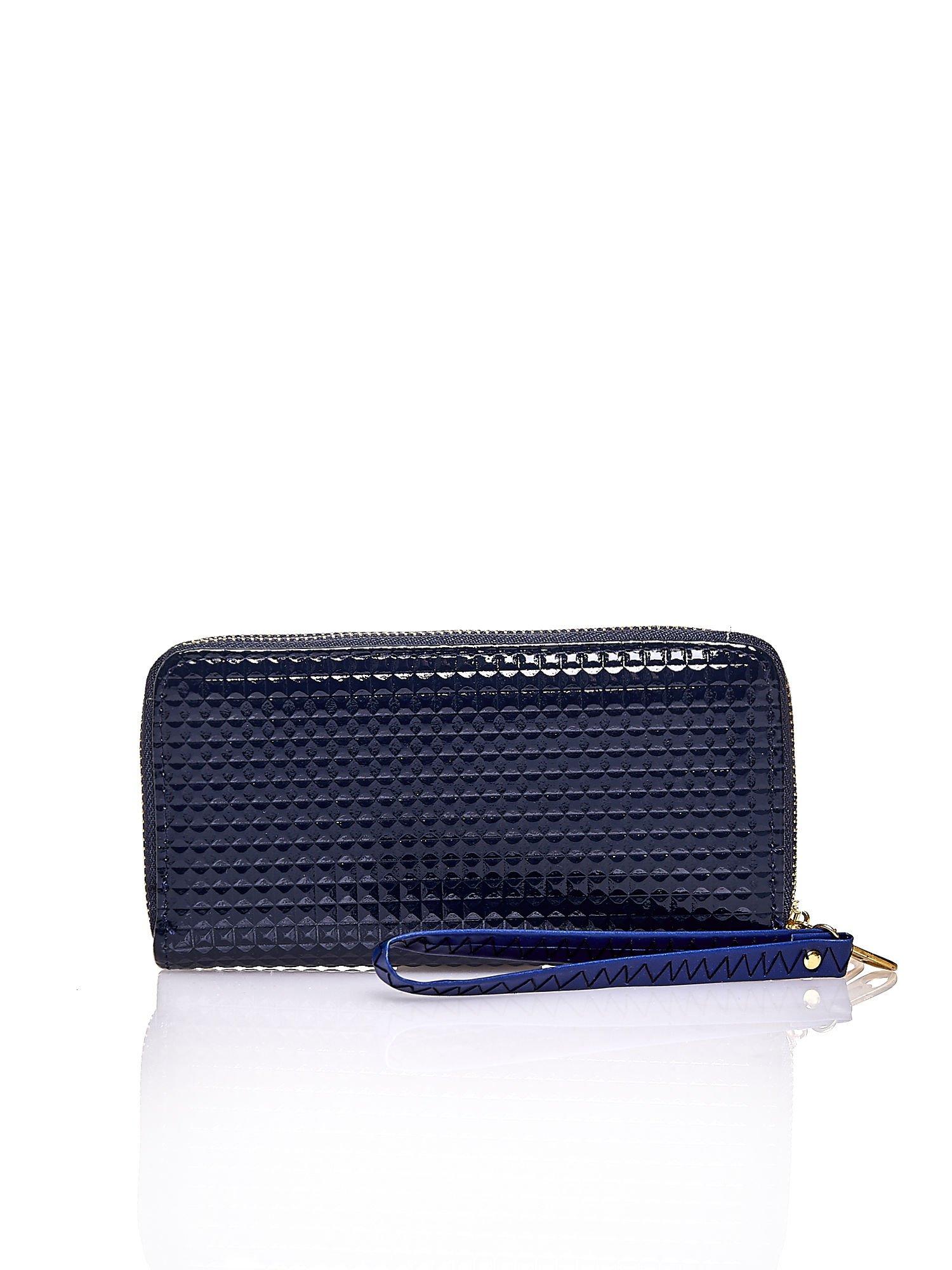 Granatowy pikowany portfel z uchwytem na rękę                                  zdj.                                  2