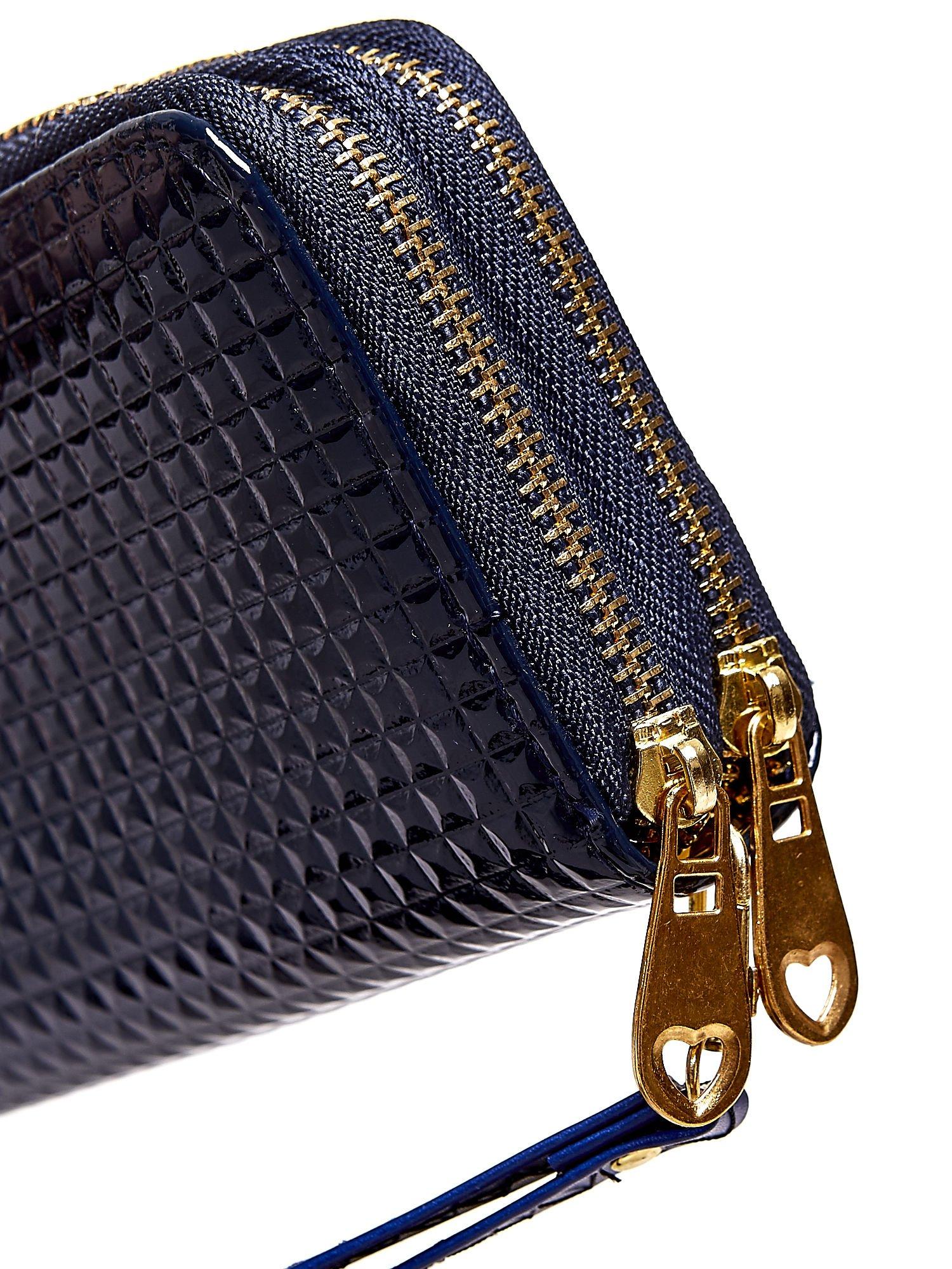 Granatowy pikowany portfel z uchwytem na rękę                                  zdj.                                  5