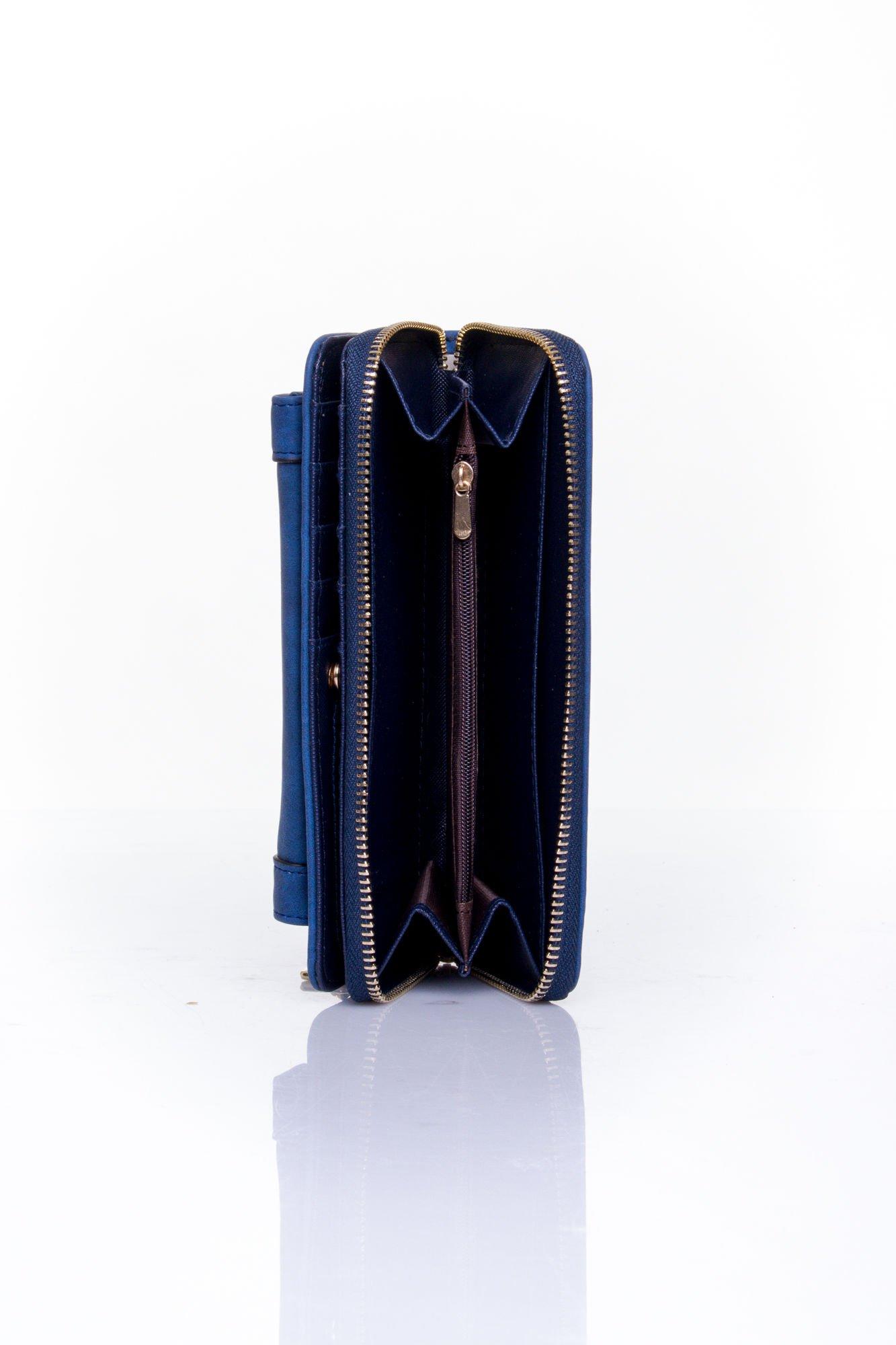 Granatowy portfel z kieszonką ze złotym elementem                                  zdj.                                  5