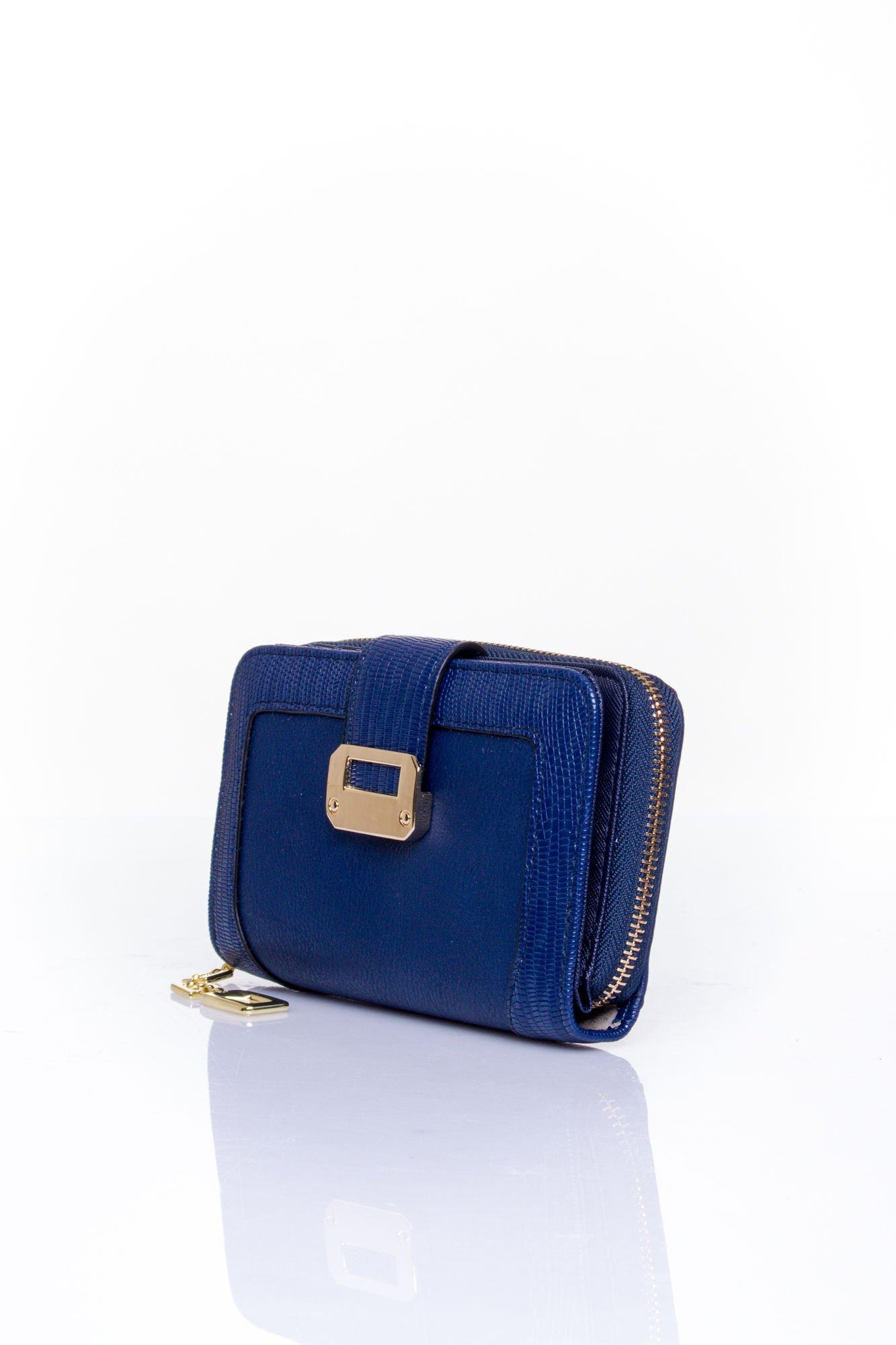 Granatowy portfel z ozdobną złotą klamrą                                  zdj.                                  3
