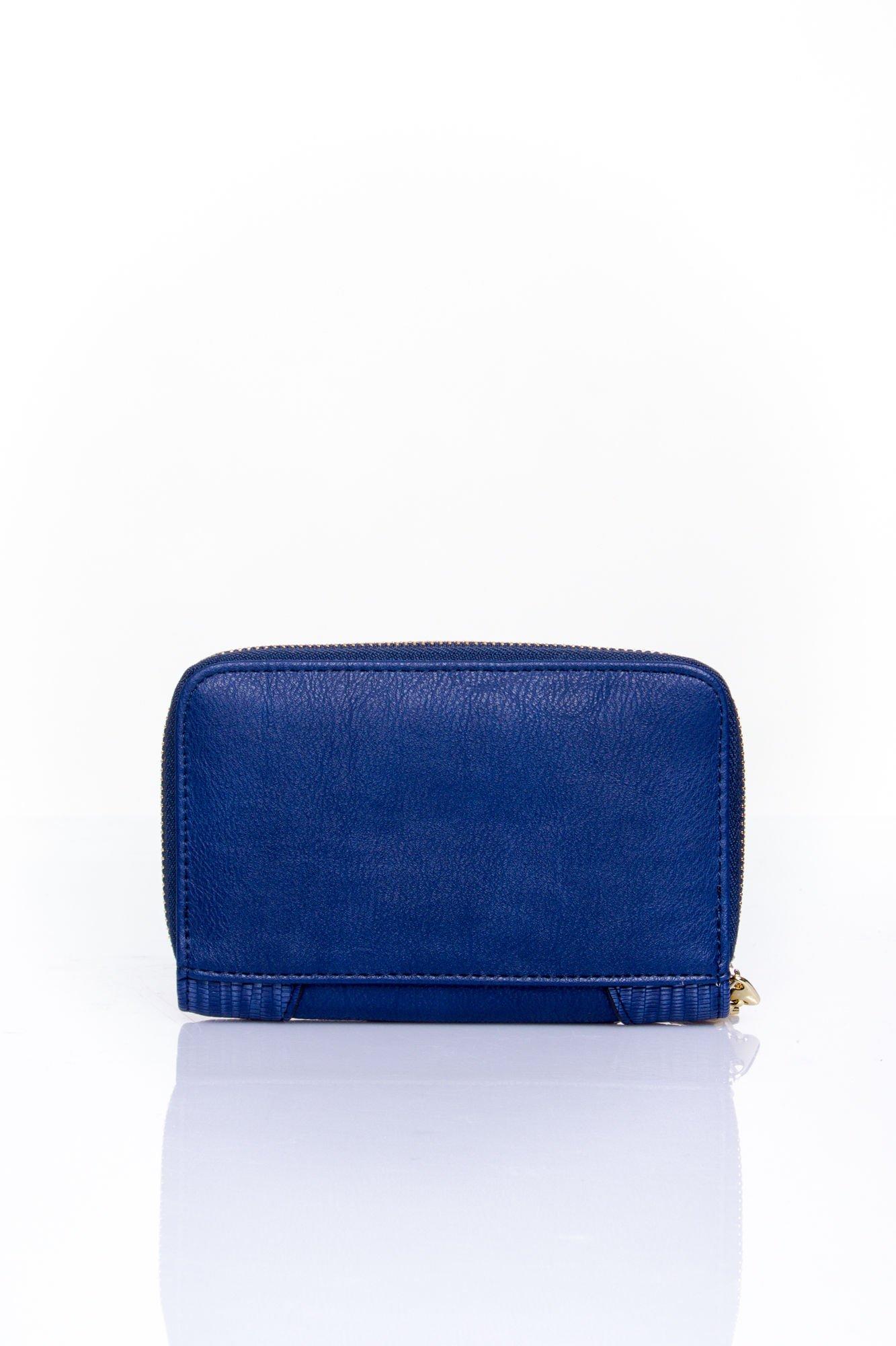 Granatowy portfel z ozdobną złotą klamrą                                  zdj.                                  2
