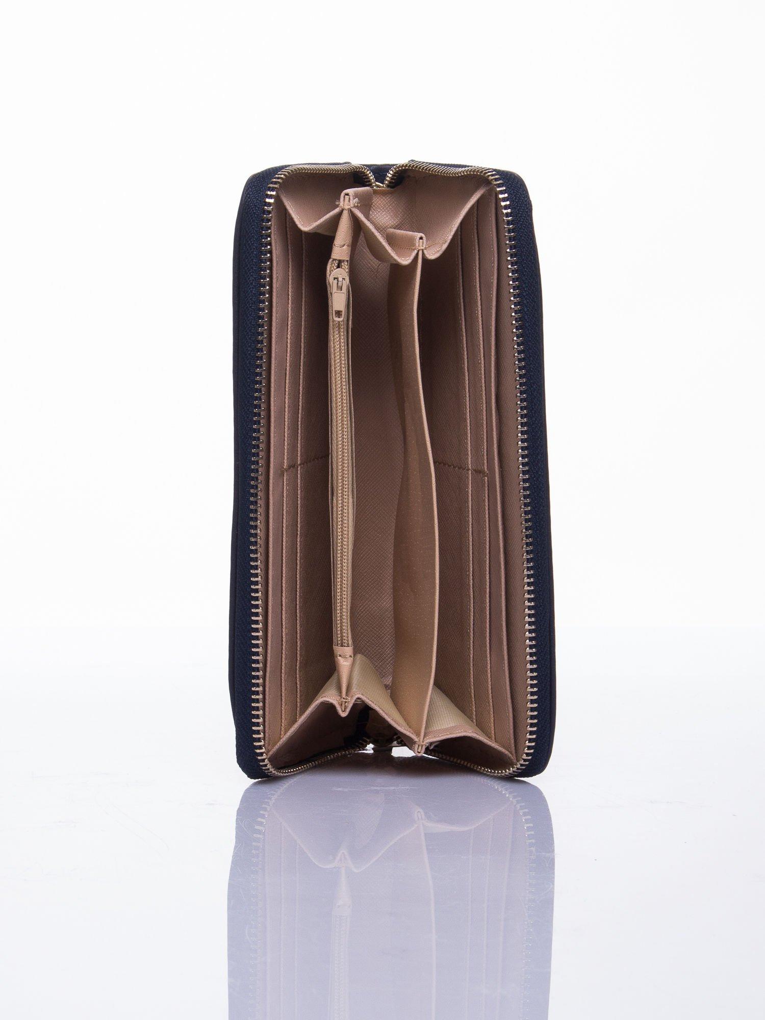 Granatowy portfel z uchwytem na rękę i złotym logiem                                  zdj.                                  3