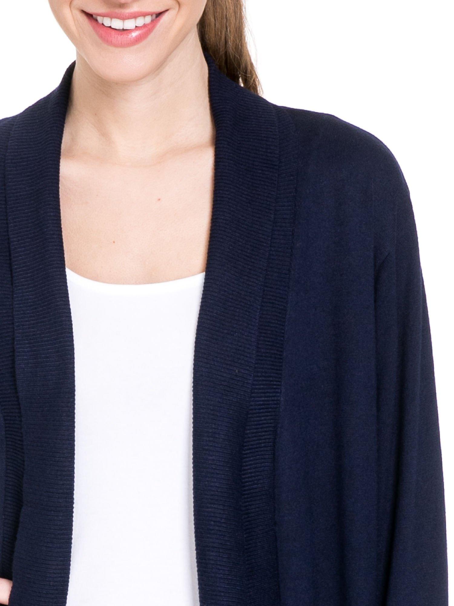 Granatowy sweter narzutka z wywijanymi rękawami                                  zdj.                                  5