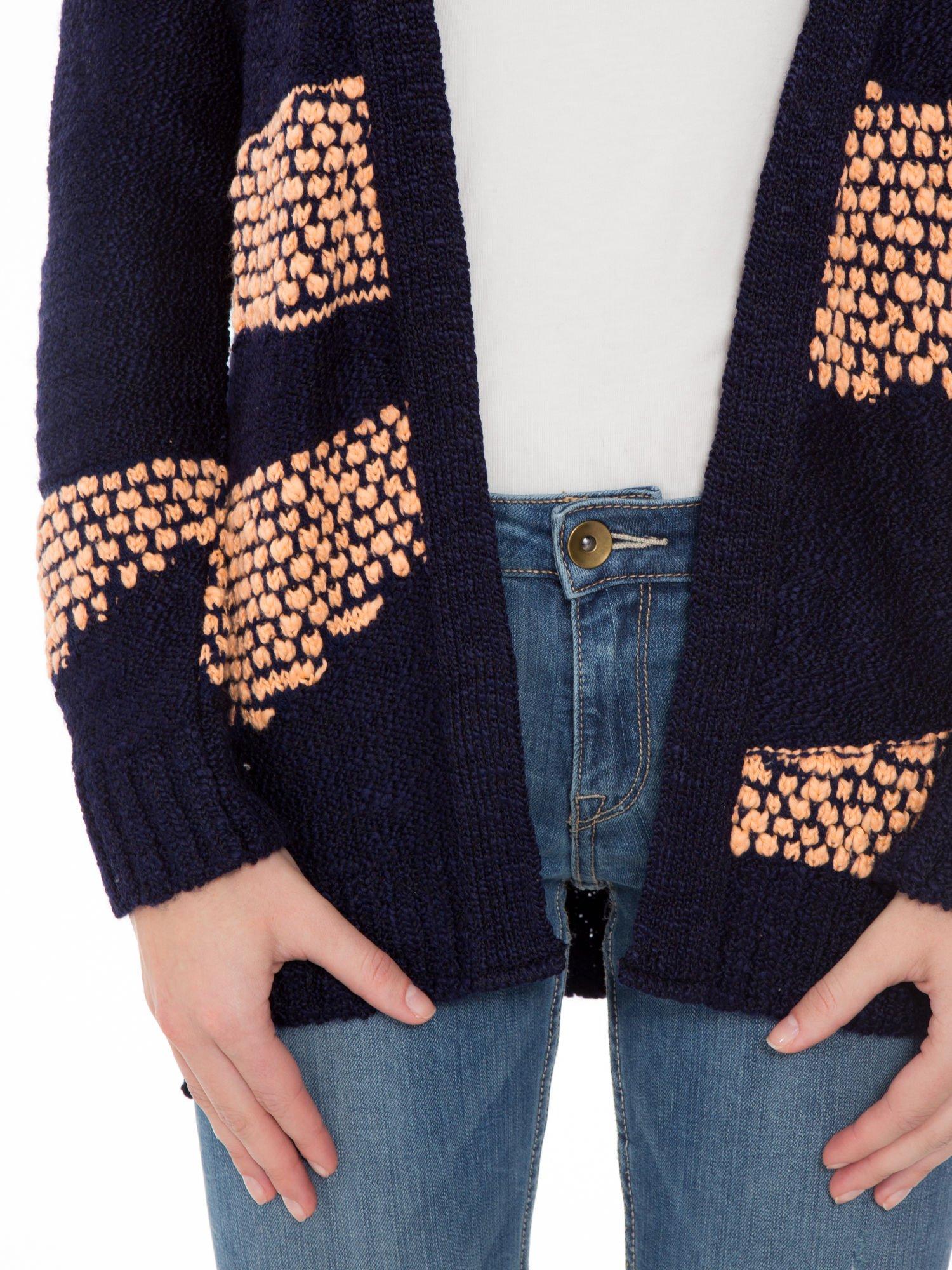 Granatowy sweter typu otwarty kardigan z ozdobnym ściegiem                                  zdj.                                  6