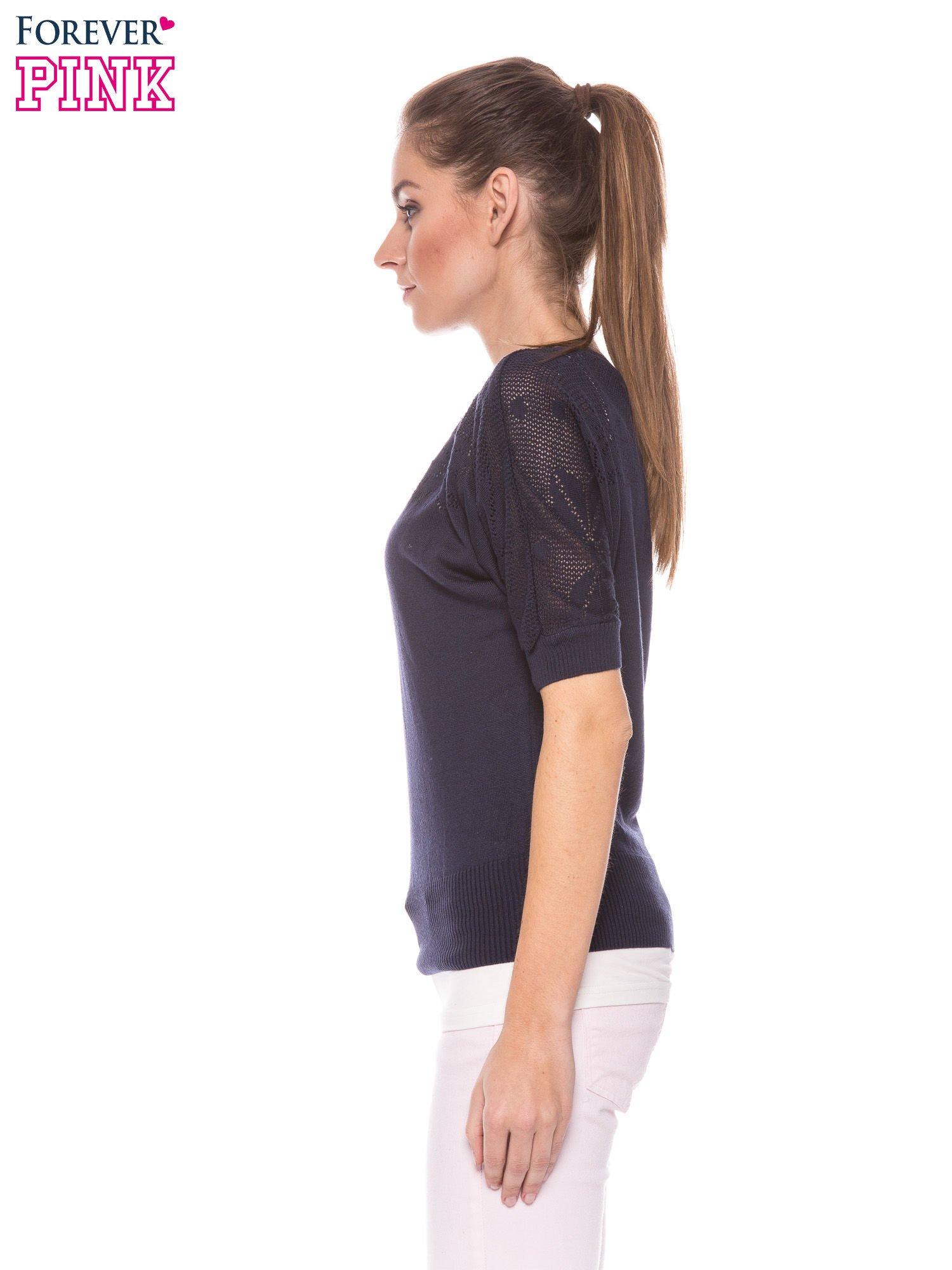 Granatowy sweter z ażurową górą i krótkim rękawkiem                                  zdj.                                  3