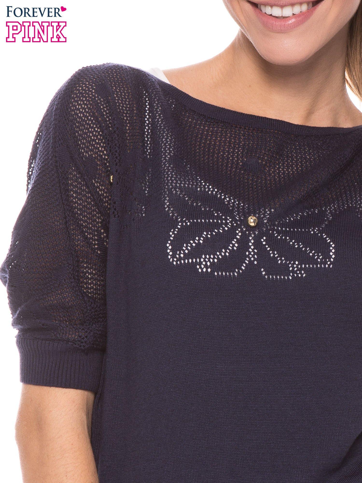 Granatowy sweter z ażurową górą i krótkim rękawkiem                                  zdj.                                  5
