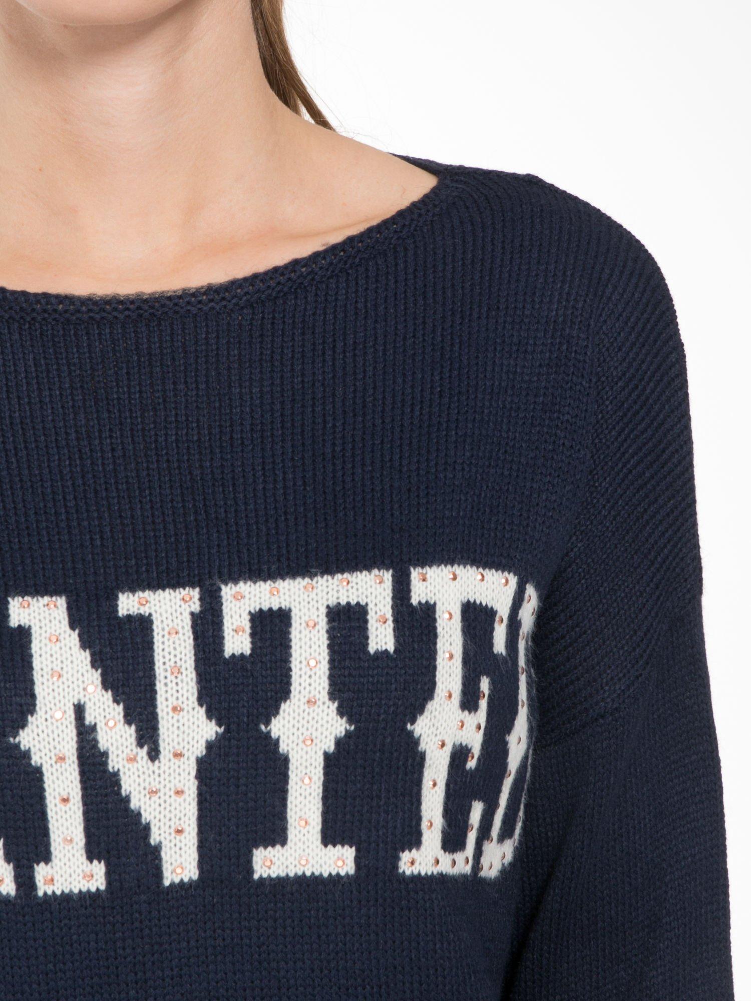 Granatowy sweter z nadrukiem WANTED i dżetami                                  zdj.                                  5