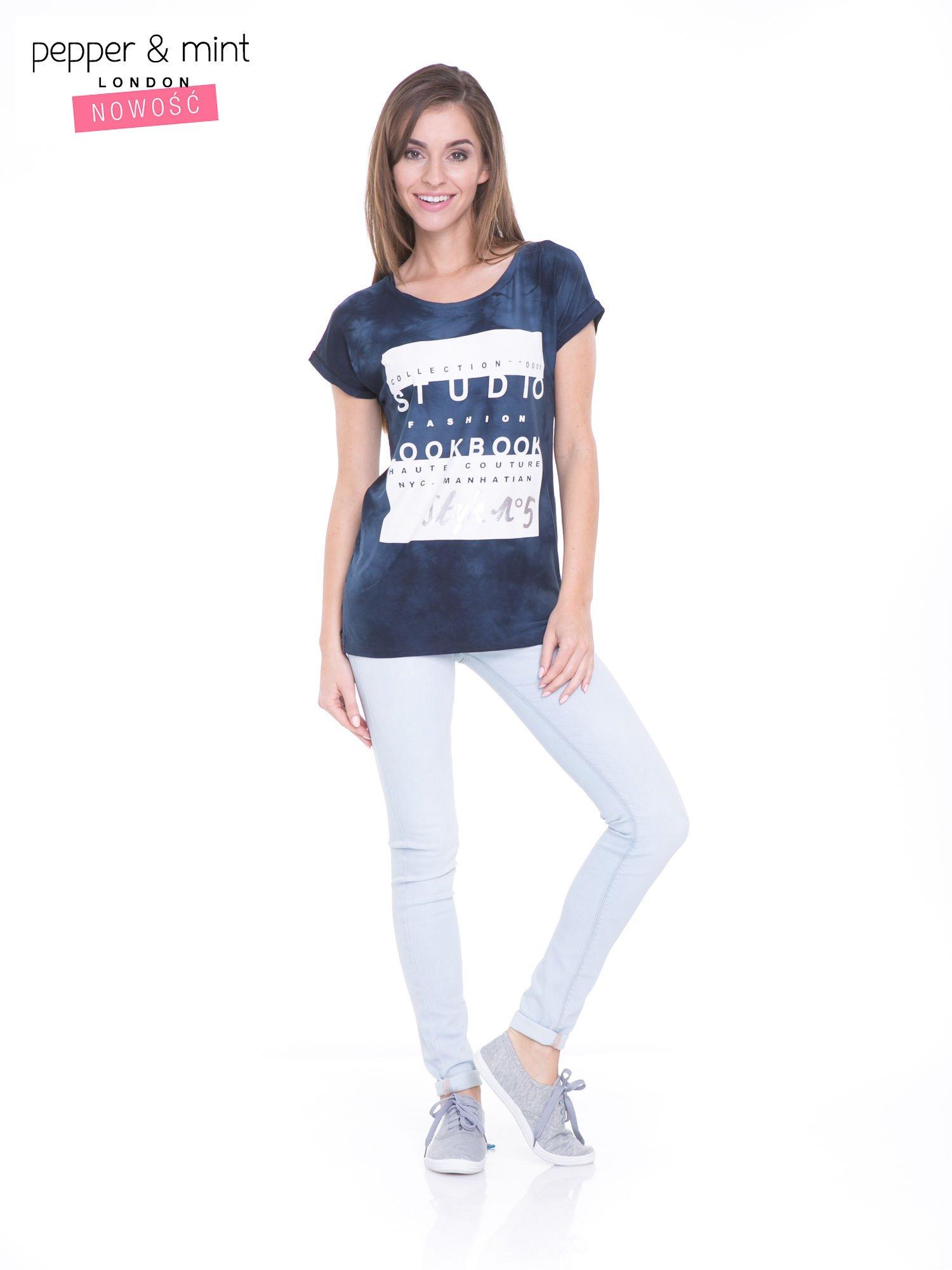 Granatowy t-shirt dekatyzowany z nadrukiem w stylu fashion                                   zdj.                                  5