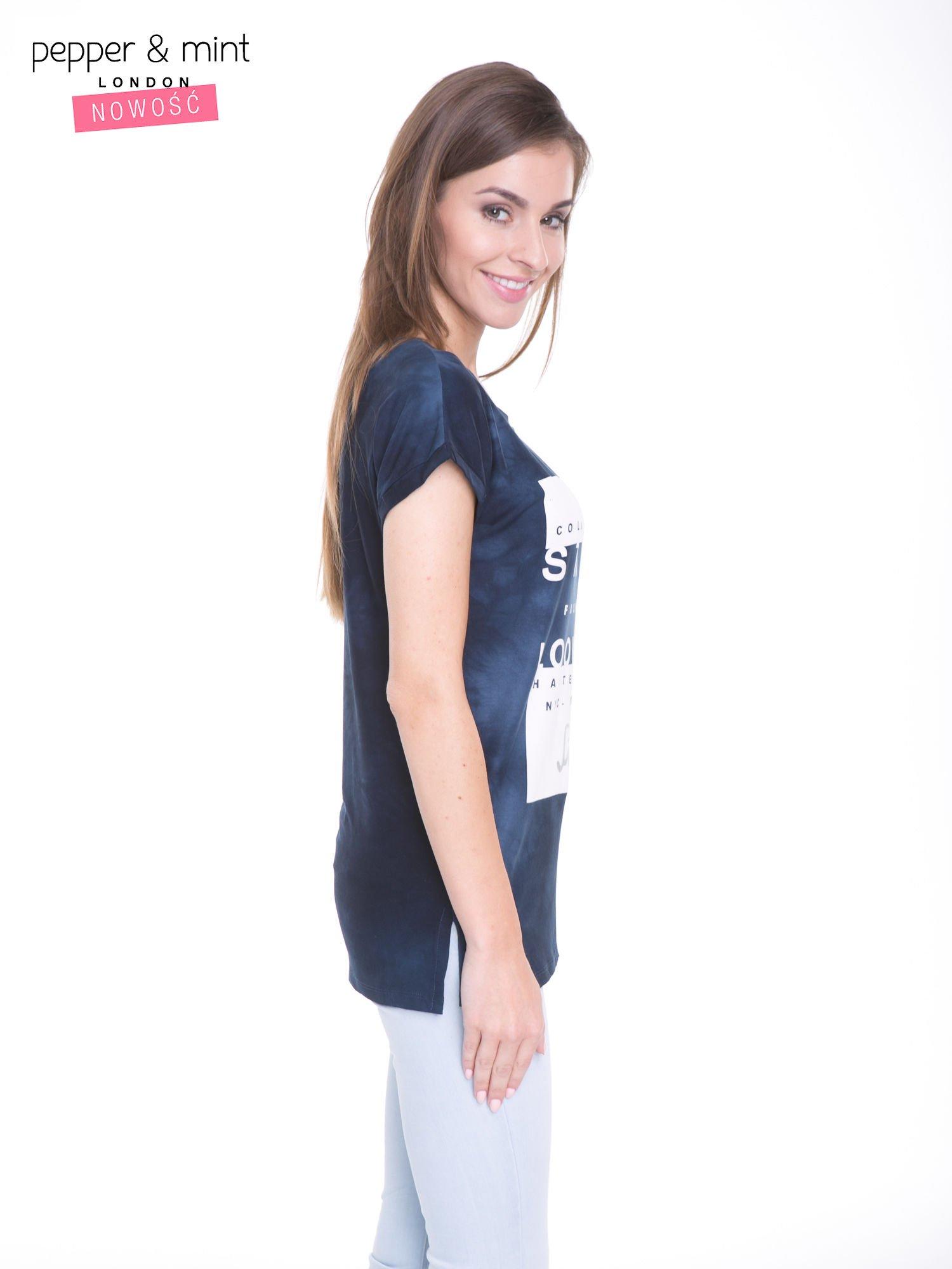 Granatowy t-shirt dekatyzowany z nadrukiem w stylu fashion                                   zdj.                                  3