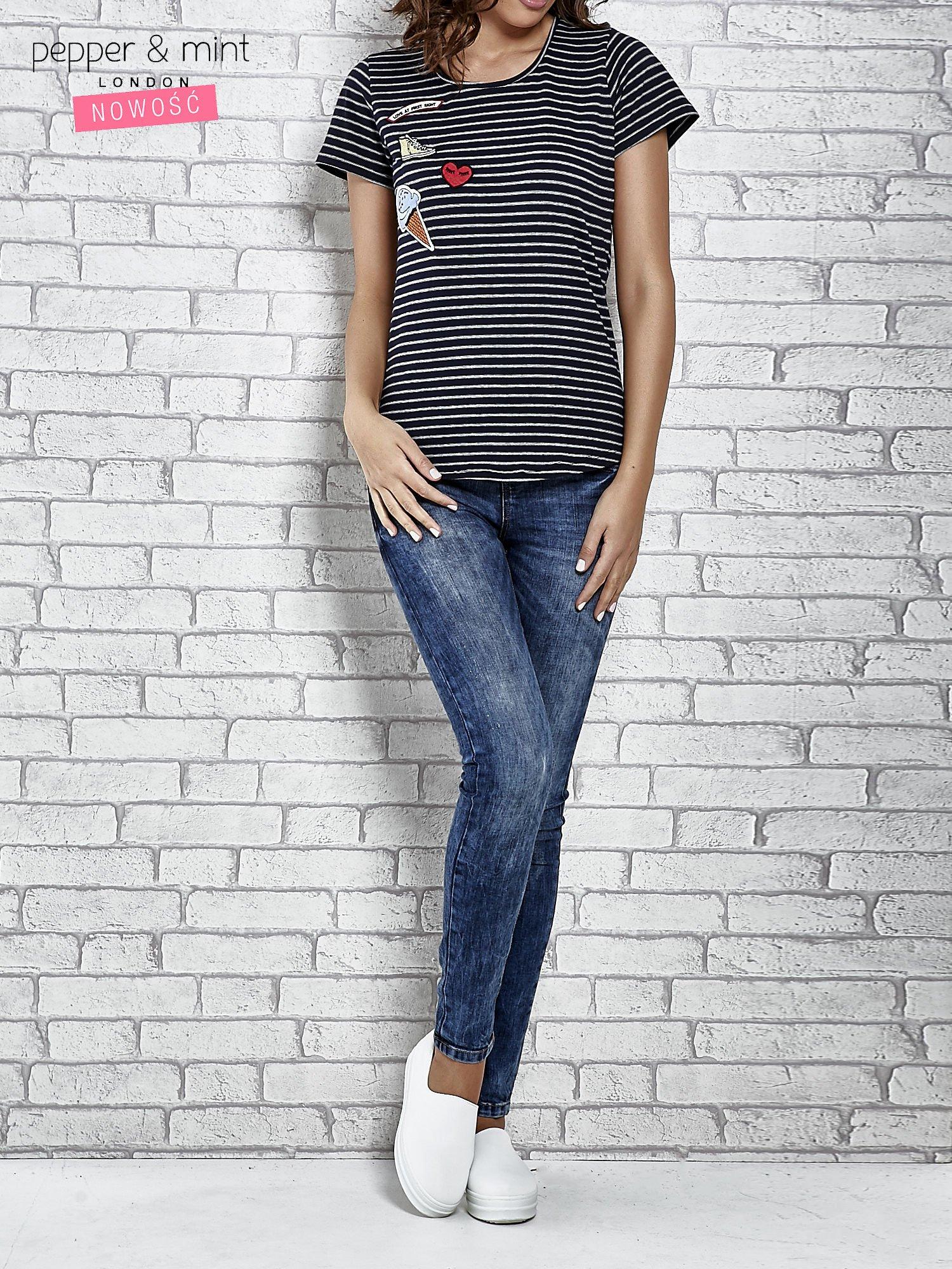 Granatowy t-shirt w paski z naszywkami                                  zdj.                                  2
