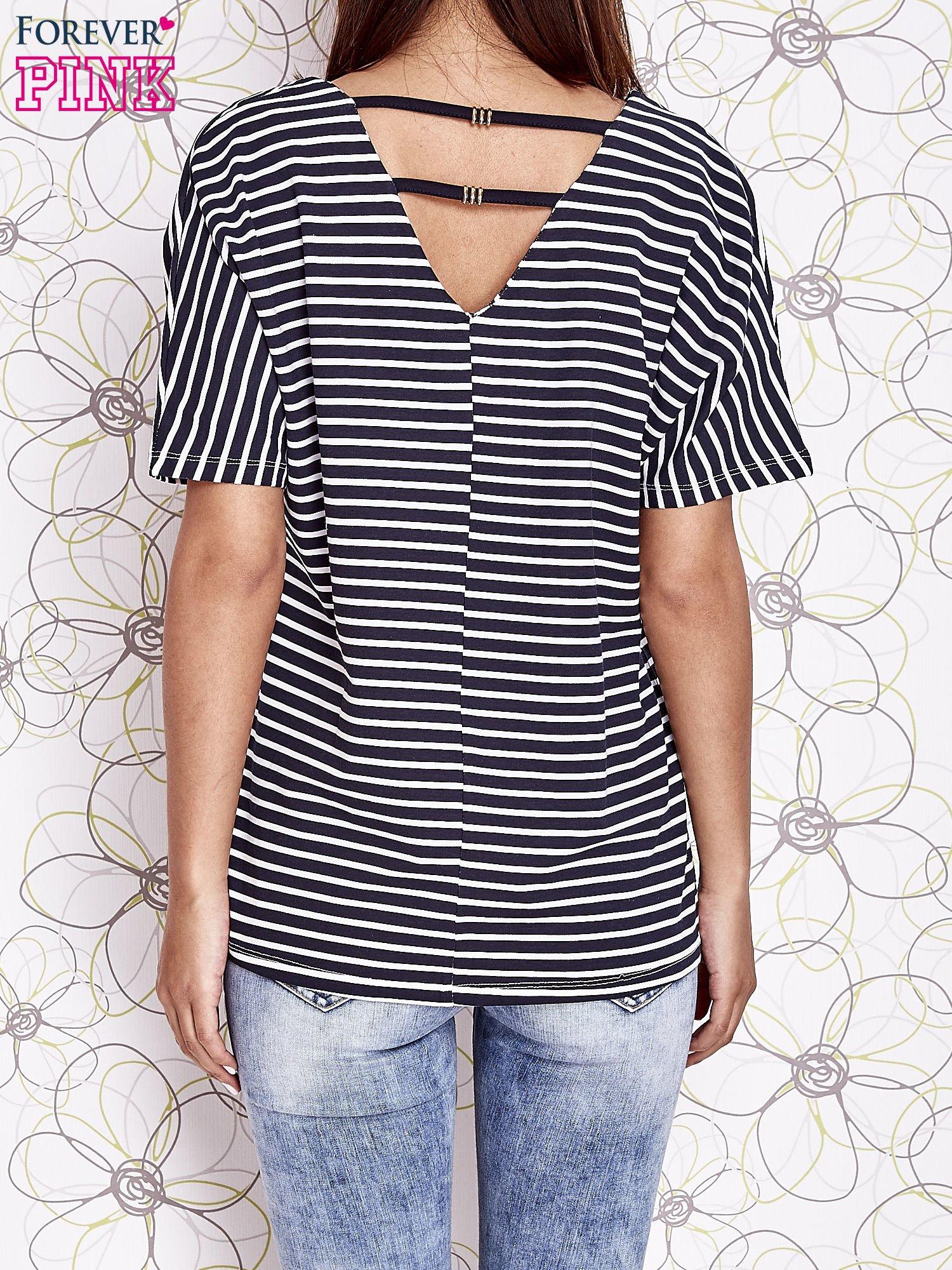 Granatowy t-shirt w paski z ozdobnym dekoltem na plecach                                  zdj.                                  2