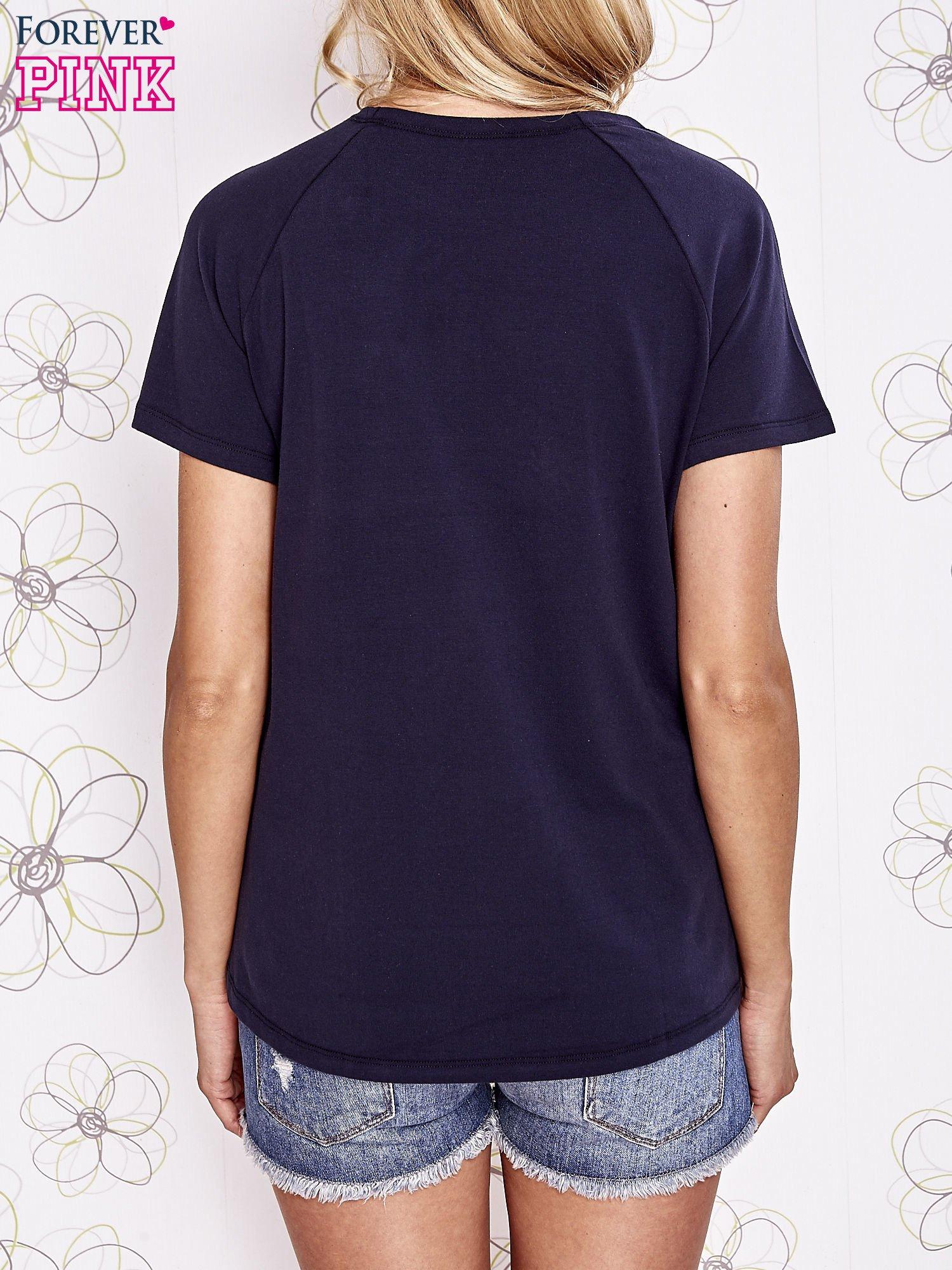 Granatowy t-shirt z aplikacją owadów                                   zdj.                                  4