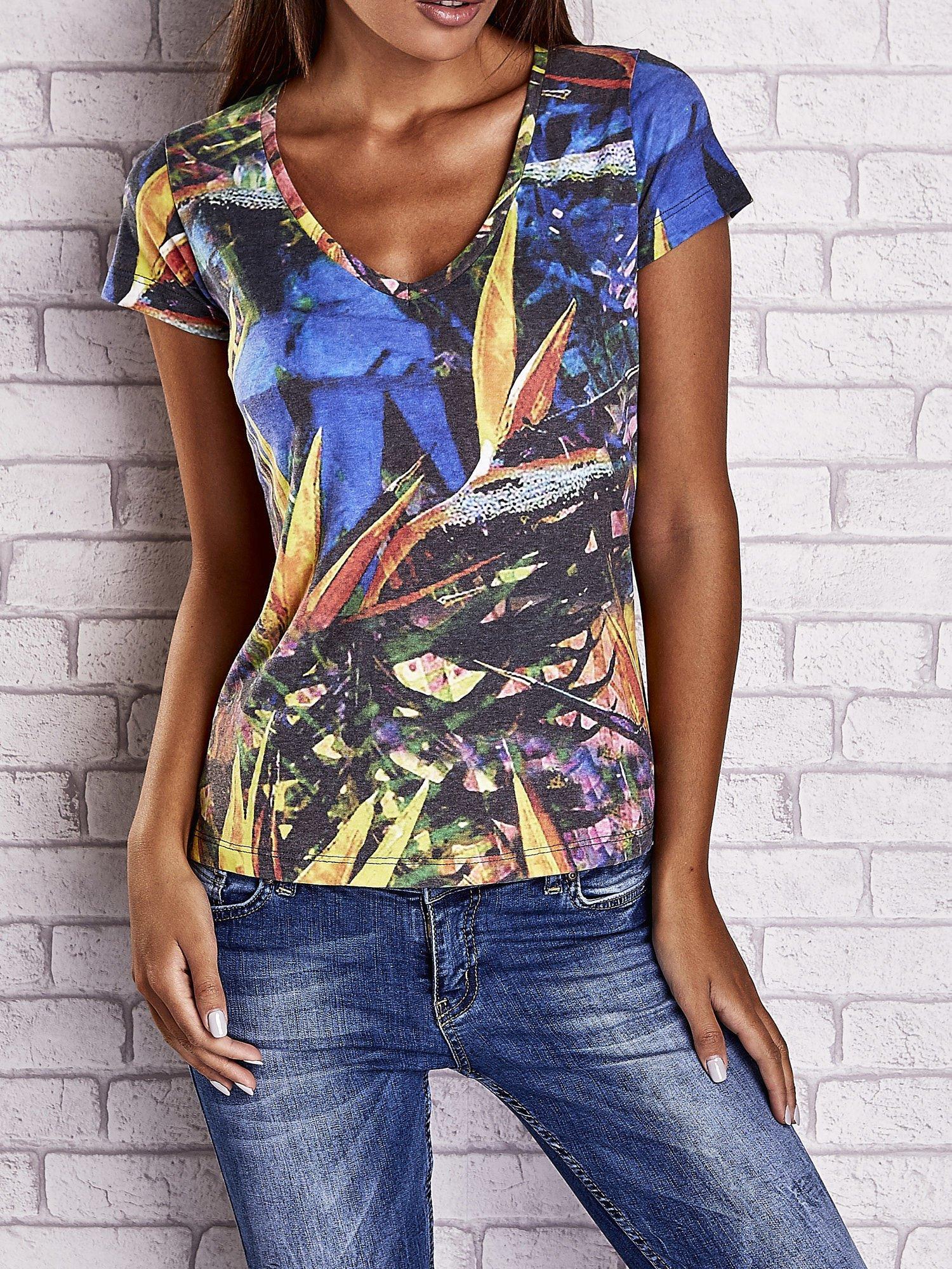 Granatowy t-shirt z egzotycznym motywem roślinnym                                  zdj.                                  1