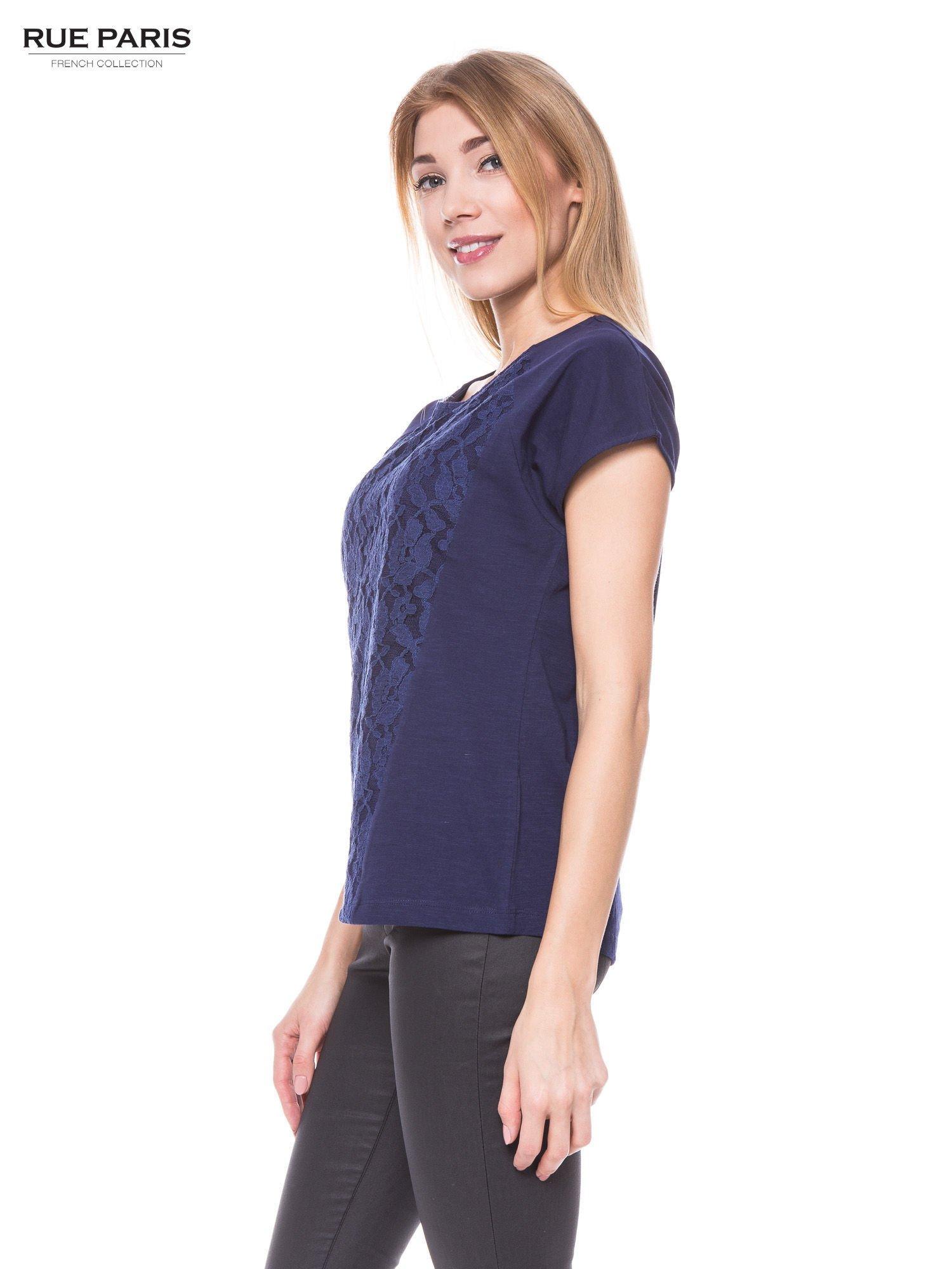 Granatowy t-shirt z koronkowym przodem                                  zdj.                                  2