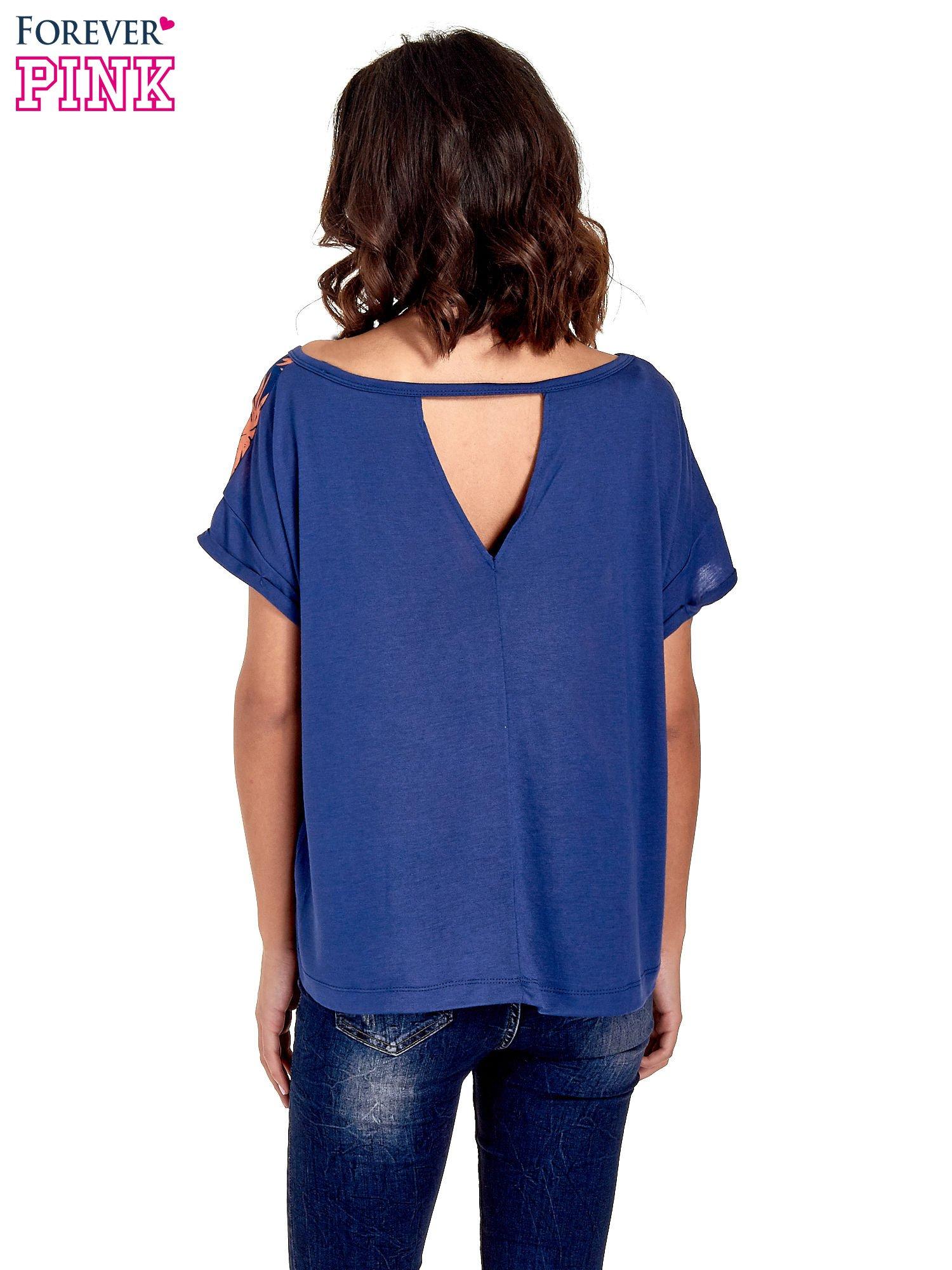 Granatowy t-shirt z nadrukiem w palmy                                  zdj.                                  4