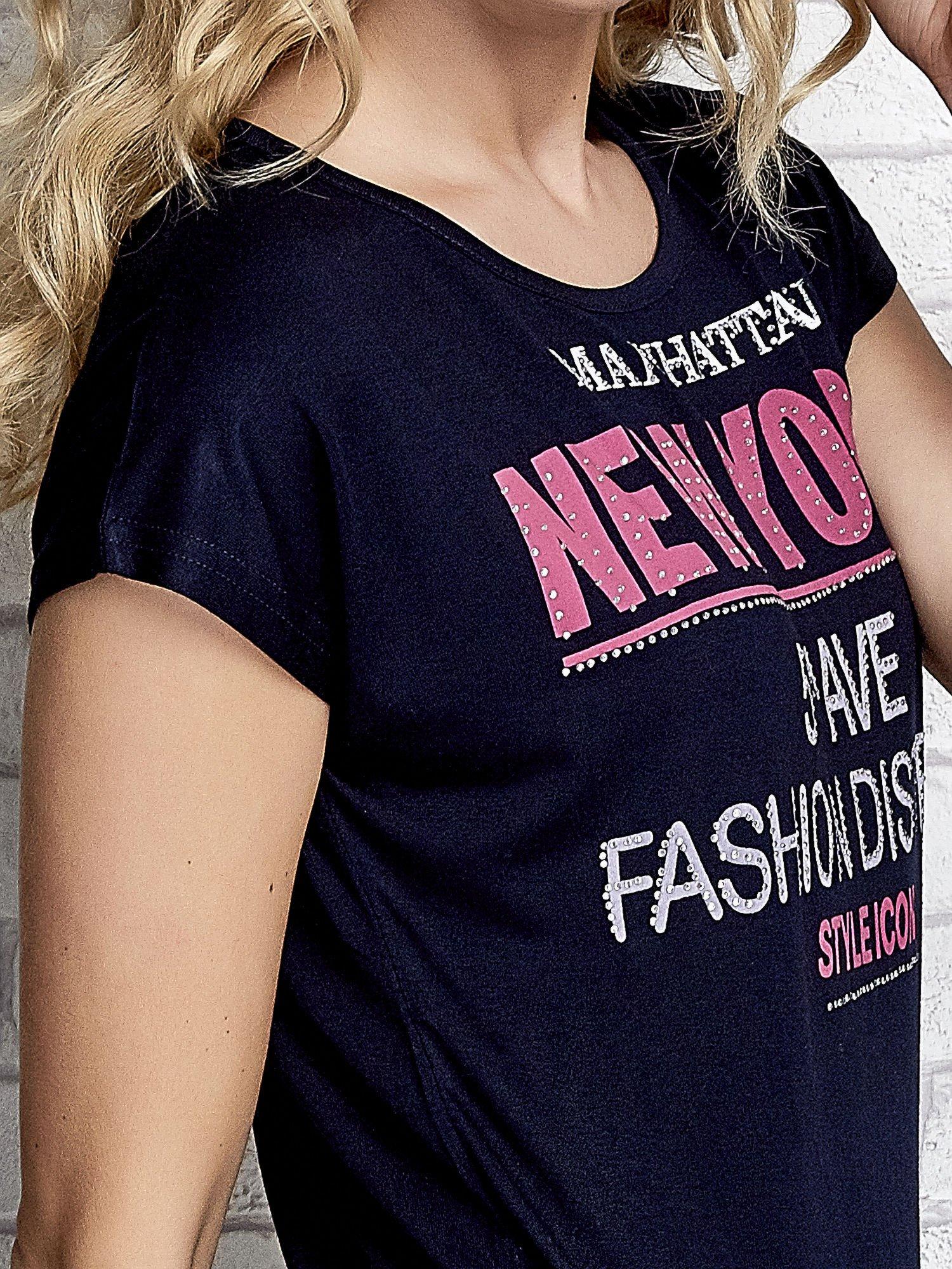 Granatowy t-shirt z napisem FASHION DISTRICT z dżetami                                  zdj.                                  5