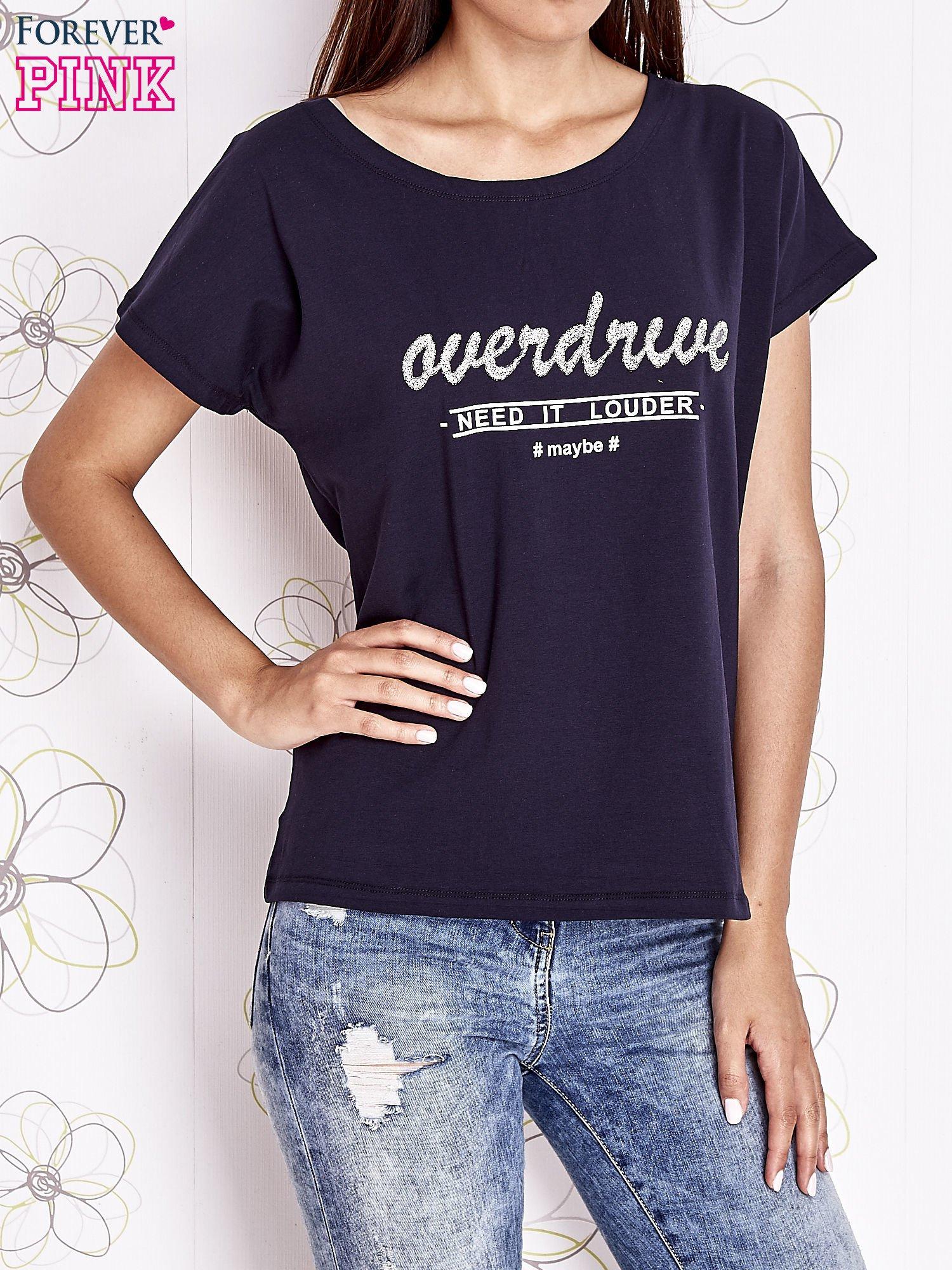 Granatowy t-shirt z napisem NEED IT LOUDER                                  zdj.                                  1